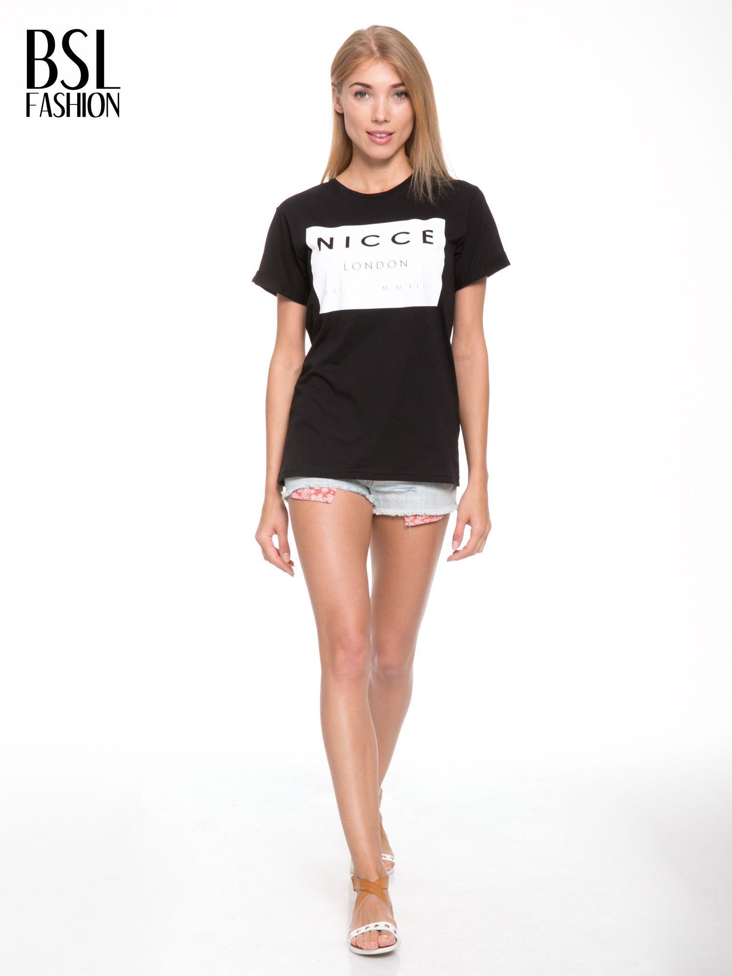 Czarny t-shirt z napisem w minimalistycznym stylu NICCE LONDON                                  zdj.                                  5