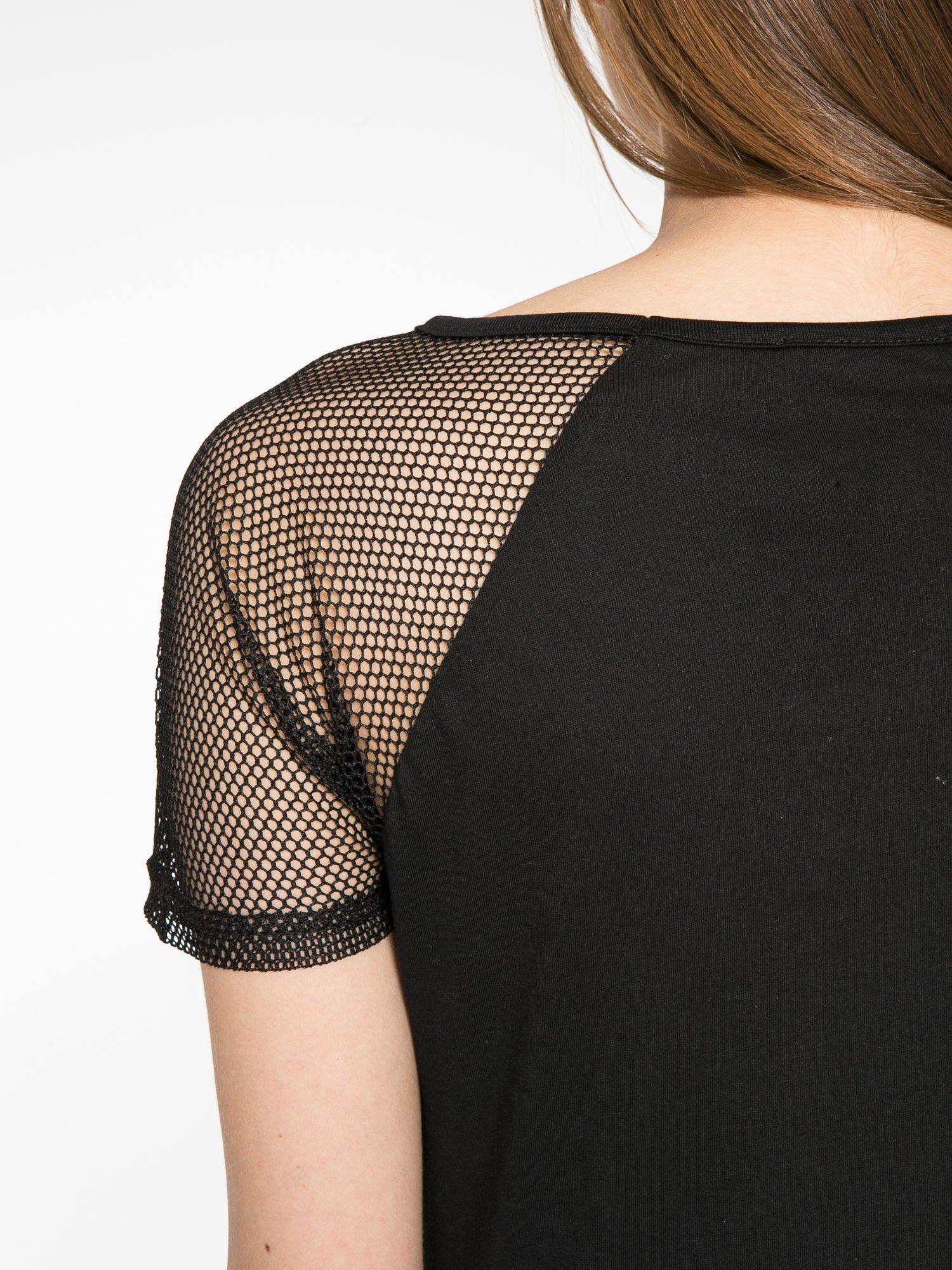 Czarny t-shirt z ustami z cekinów i rękawami z siateczki                                  zdj.                                  10