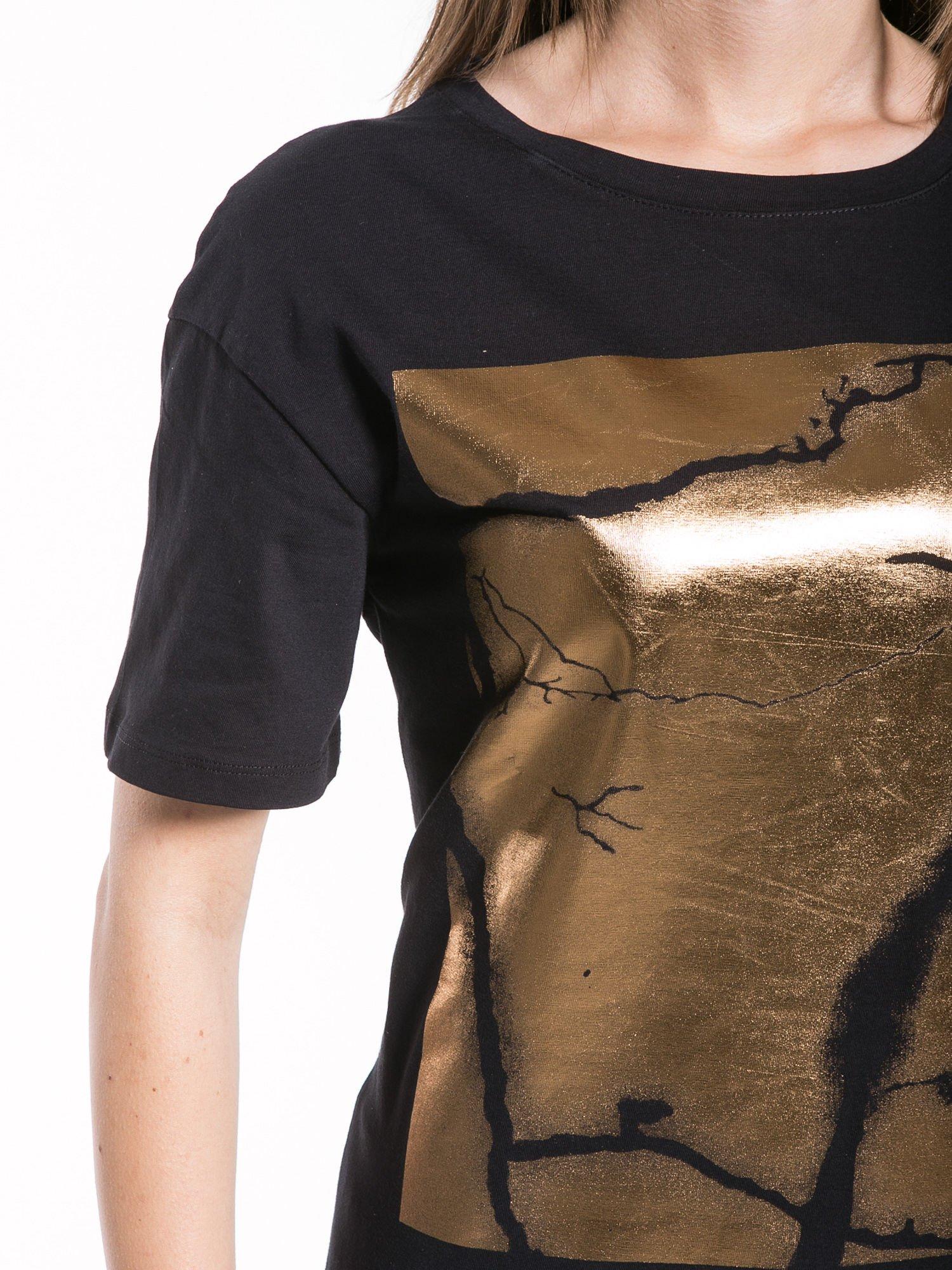 Czarny t-shirt ze złotą grafiką                                  zdj.                                  7