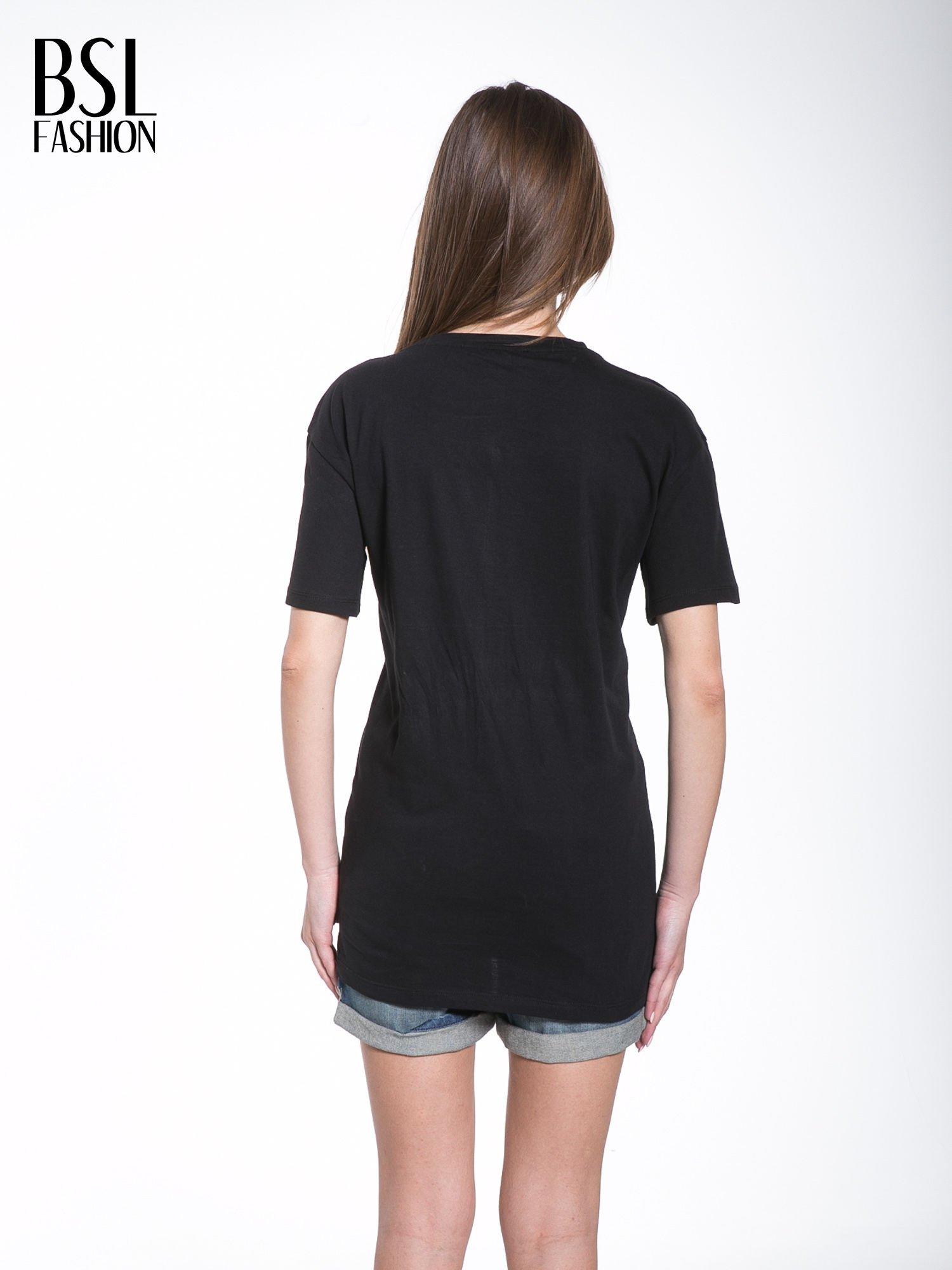 Czarny t-shirt ze złotą grafiką                                  zdj.                                  4