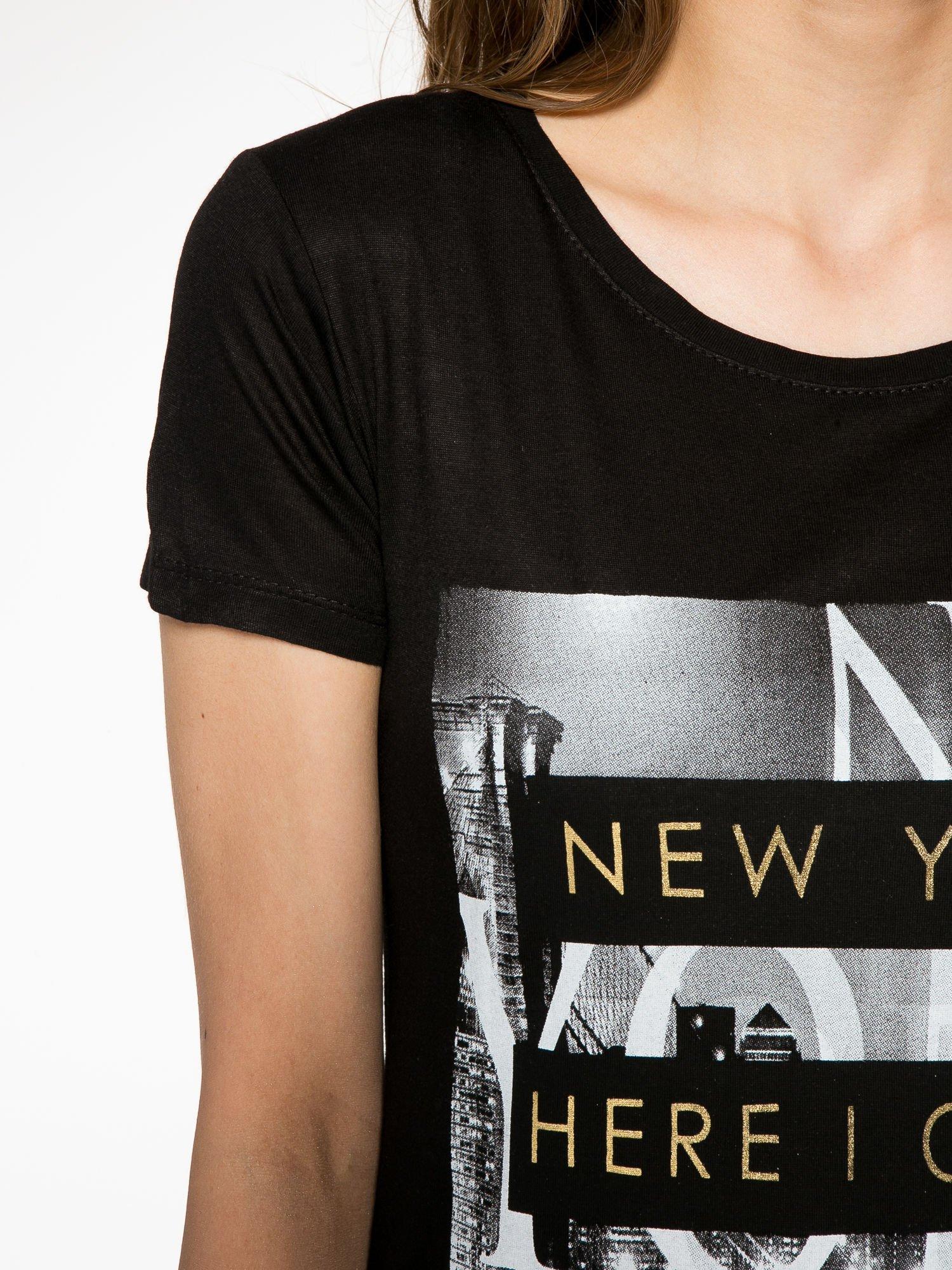 Czarny t-shirt ze złotym napisem NEW YORK HERE I COME AGAIN                                  zdj.                                  5