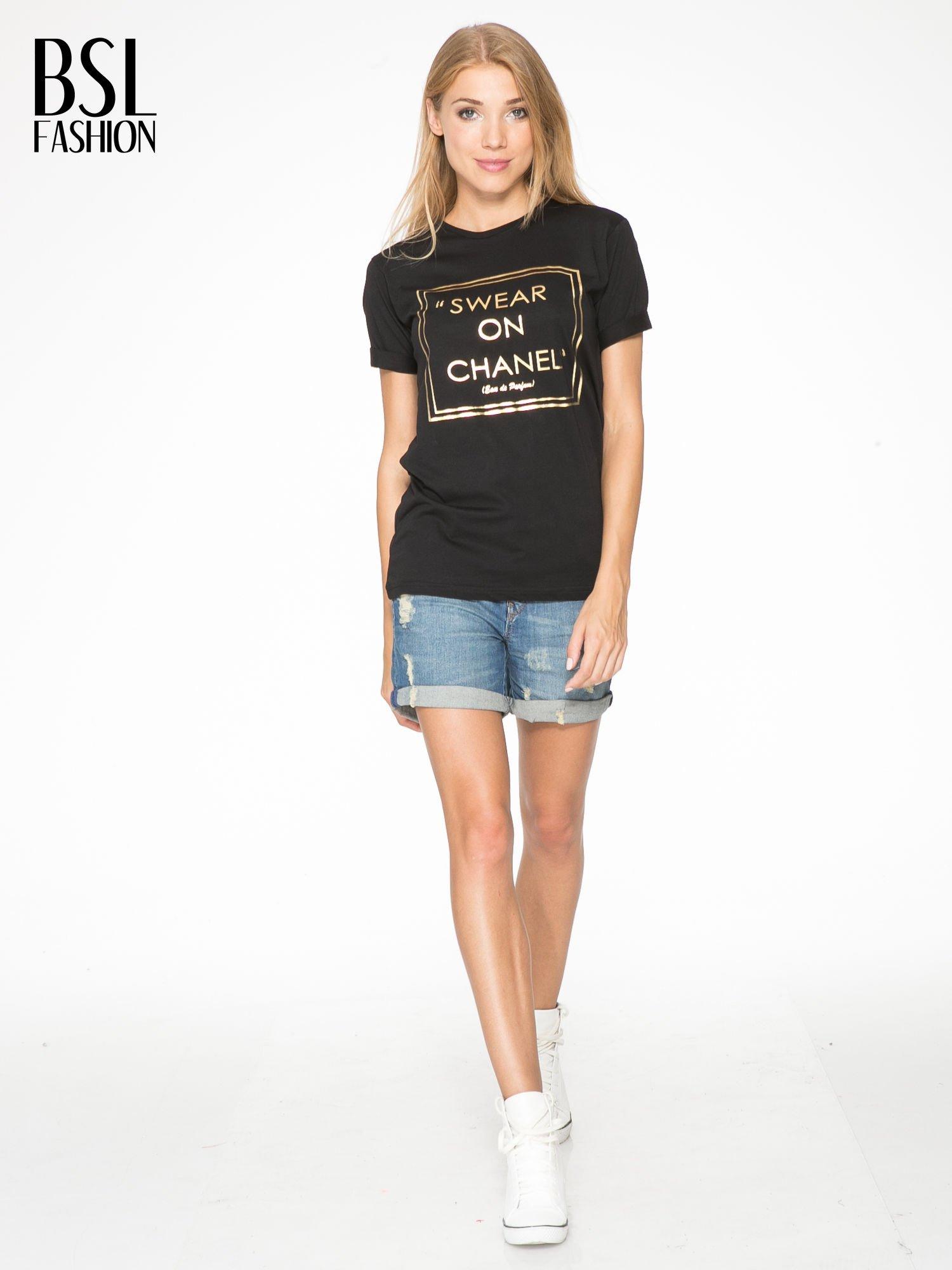 Czarny t-shirt ze złotym napisem SWEAR ON CHANEL                                  zdj.                                  5