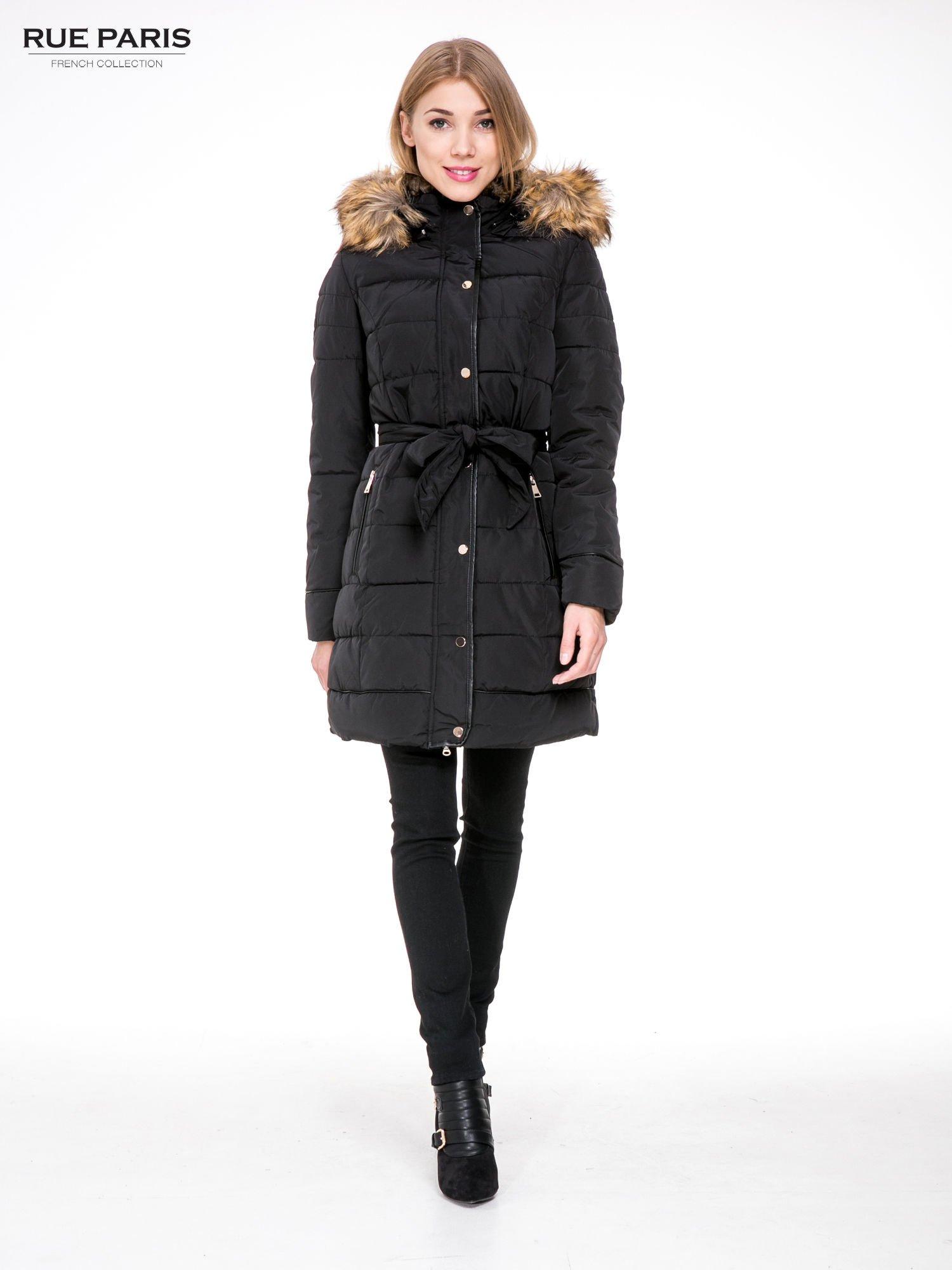 Czarny taliowany płaszcz puchowy z kapturem z futerkiem                                  zdj.                                  2