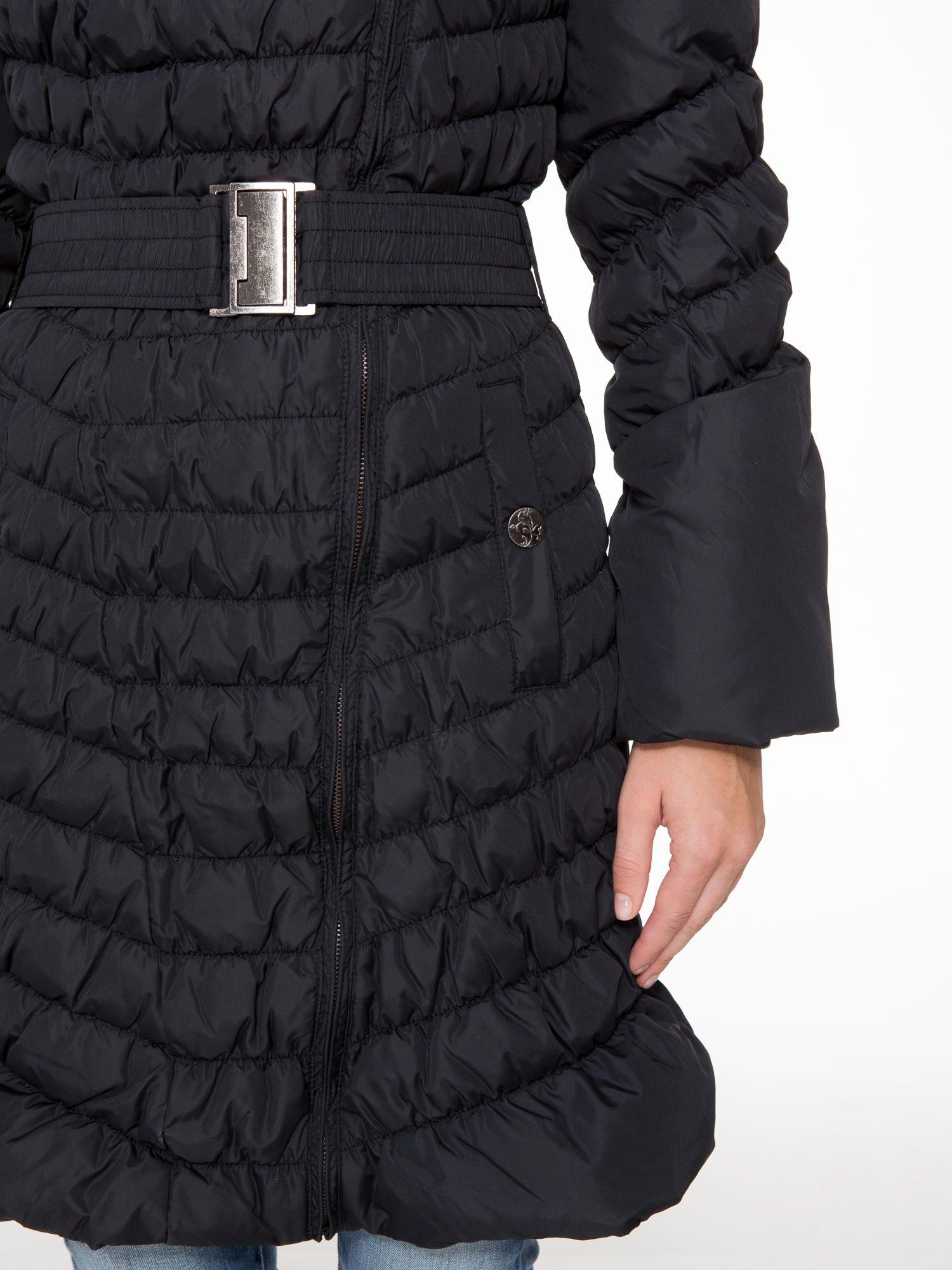 Czarny taliowany puchowy płaszcz z futrzanym kapturo-kołnierzem                                  zdj.                                  7