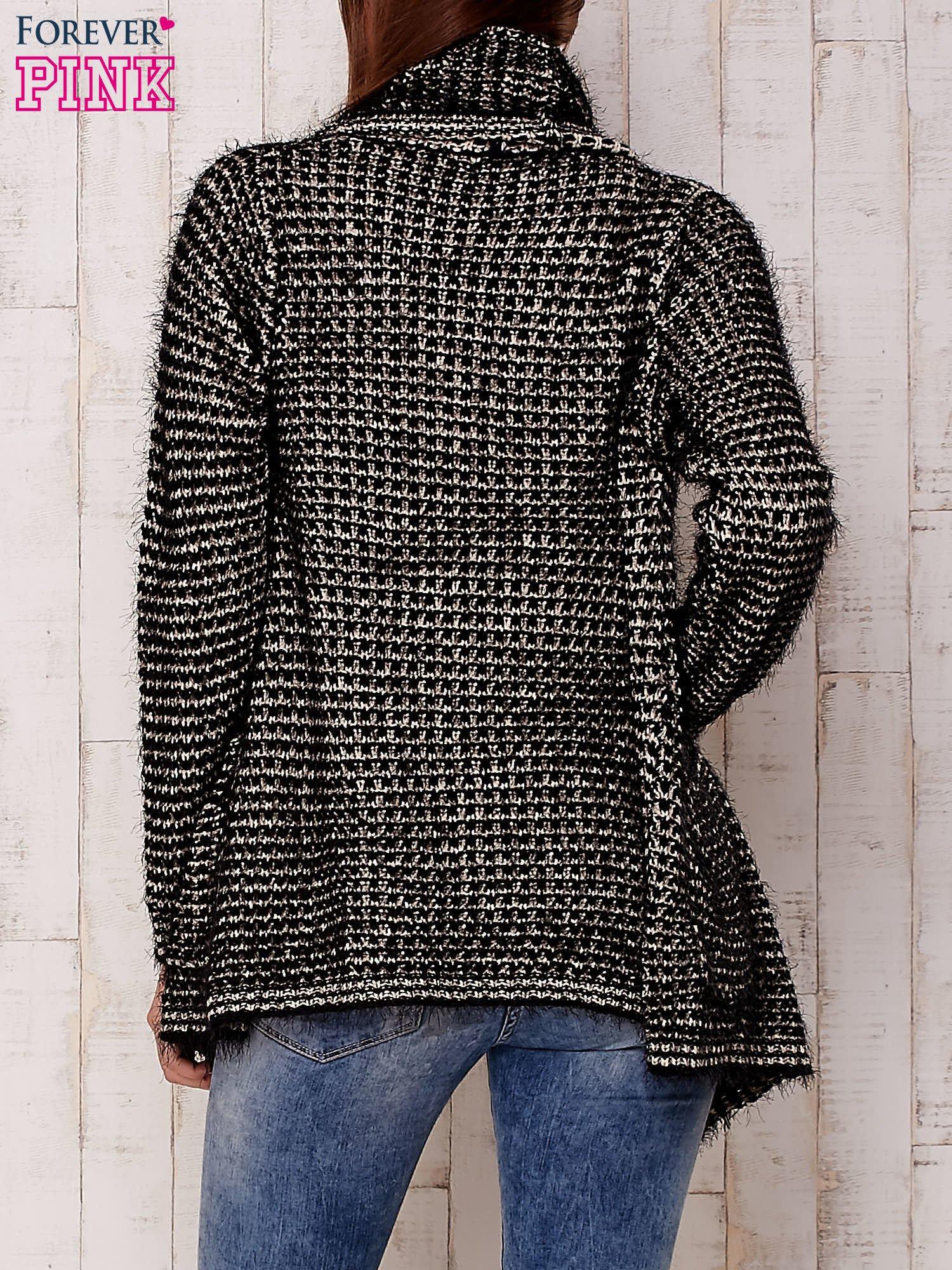 Czarny włochaty otwarty sweter                                   zdj.                                  2