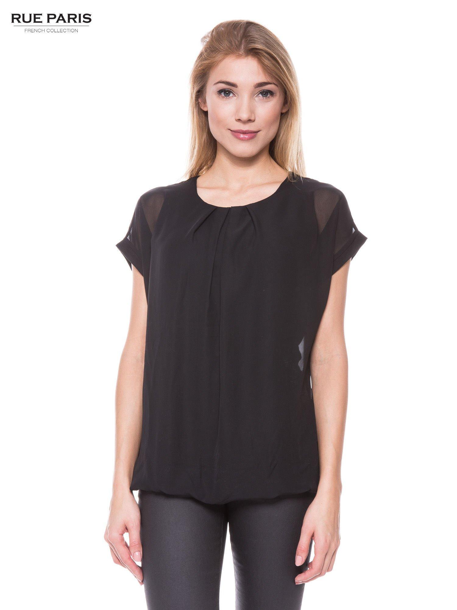 Czarny zwiewny t-shirt z plisami na dekolcie                                  zdj.                                  1