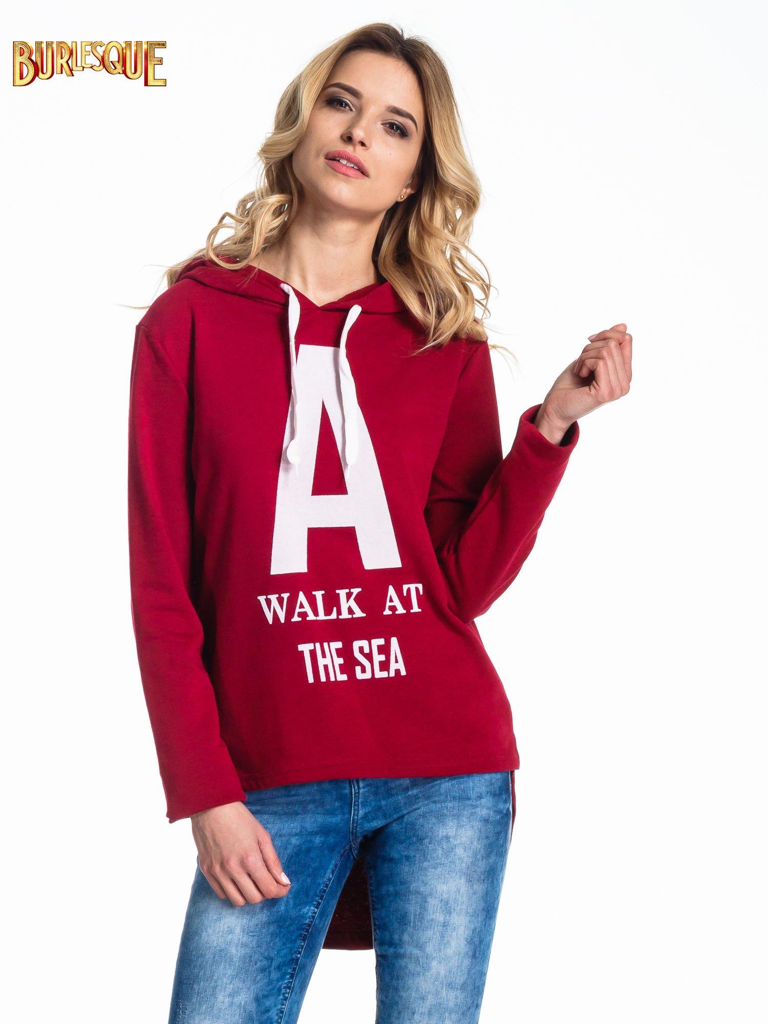 Czerwona bluza z kapturem i napisem A WALK AT THE SEA                                  zdj.                                  1