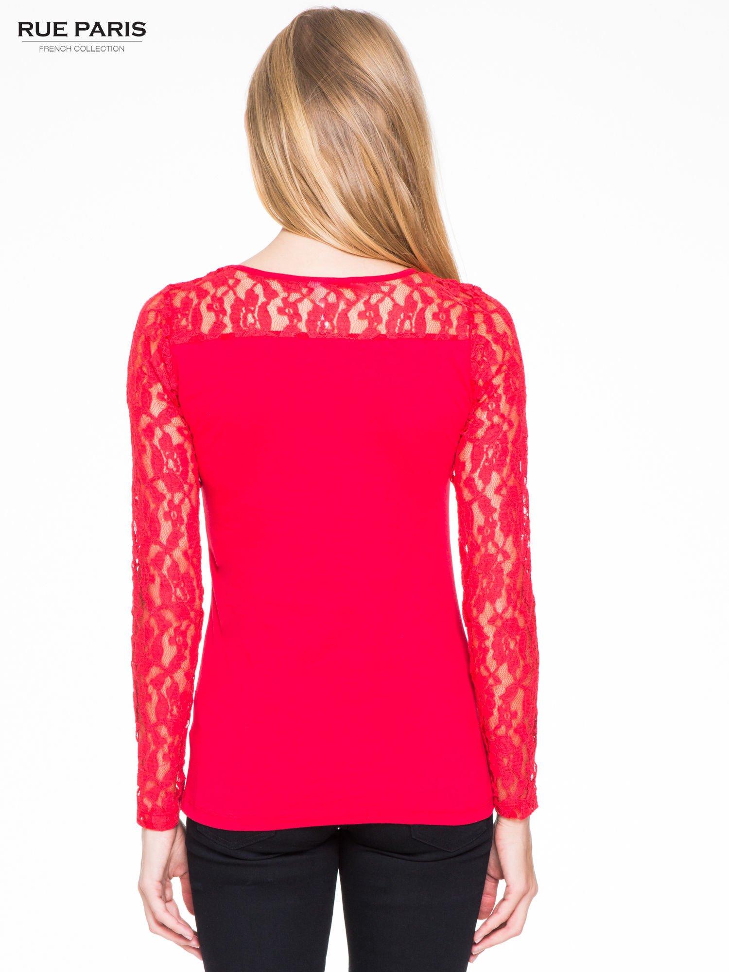 Czerwona bluzka z koronkowymi rękawami                                  zdj.                                  4