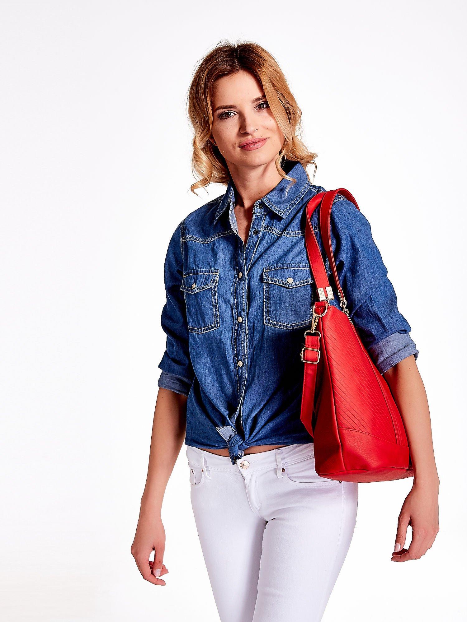 Czerwona fakturowana torebka damska ze złotymi okuciami                                  zdj.                                  6
