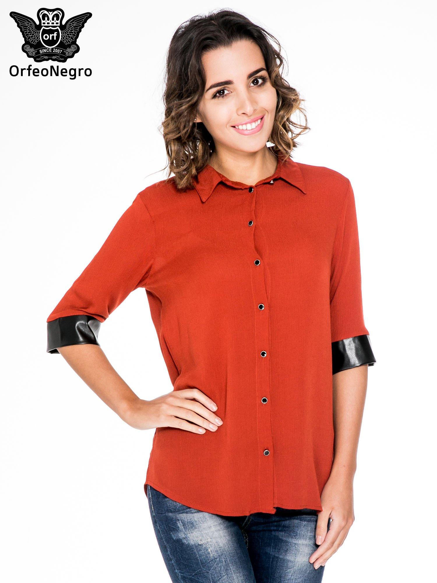 Czerwona koszula ze skórzanymi mankietami                                  zdj.                                  1