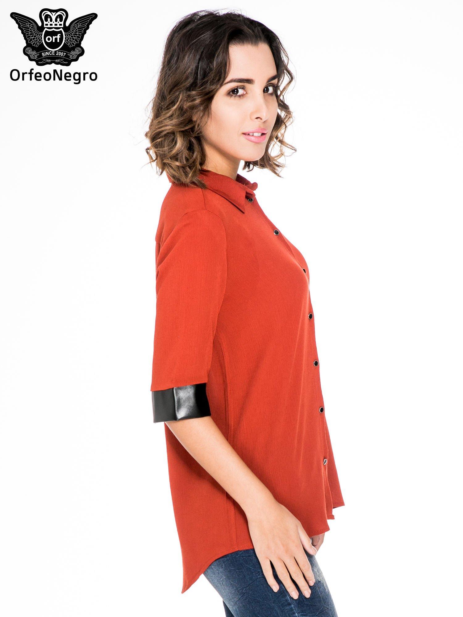Czerwona koszula ze skórzanymi mankietami                                  zdj.                                  3