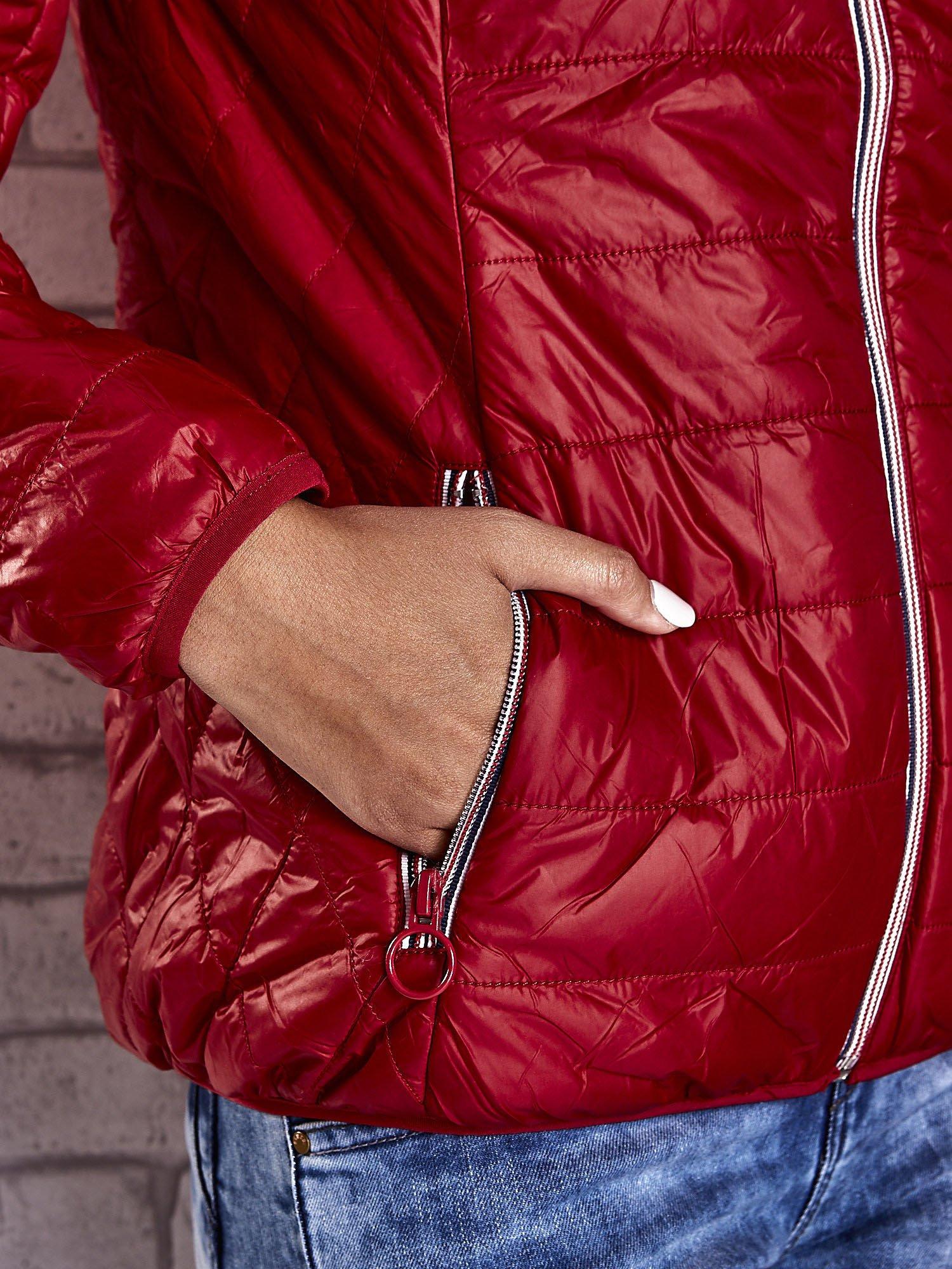 Czerwona ocieplana kurtka z kontrastowym wykończeniem kaptura                                  zdj.                                  9