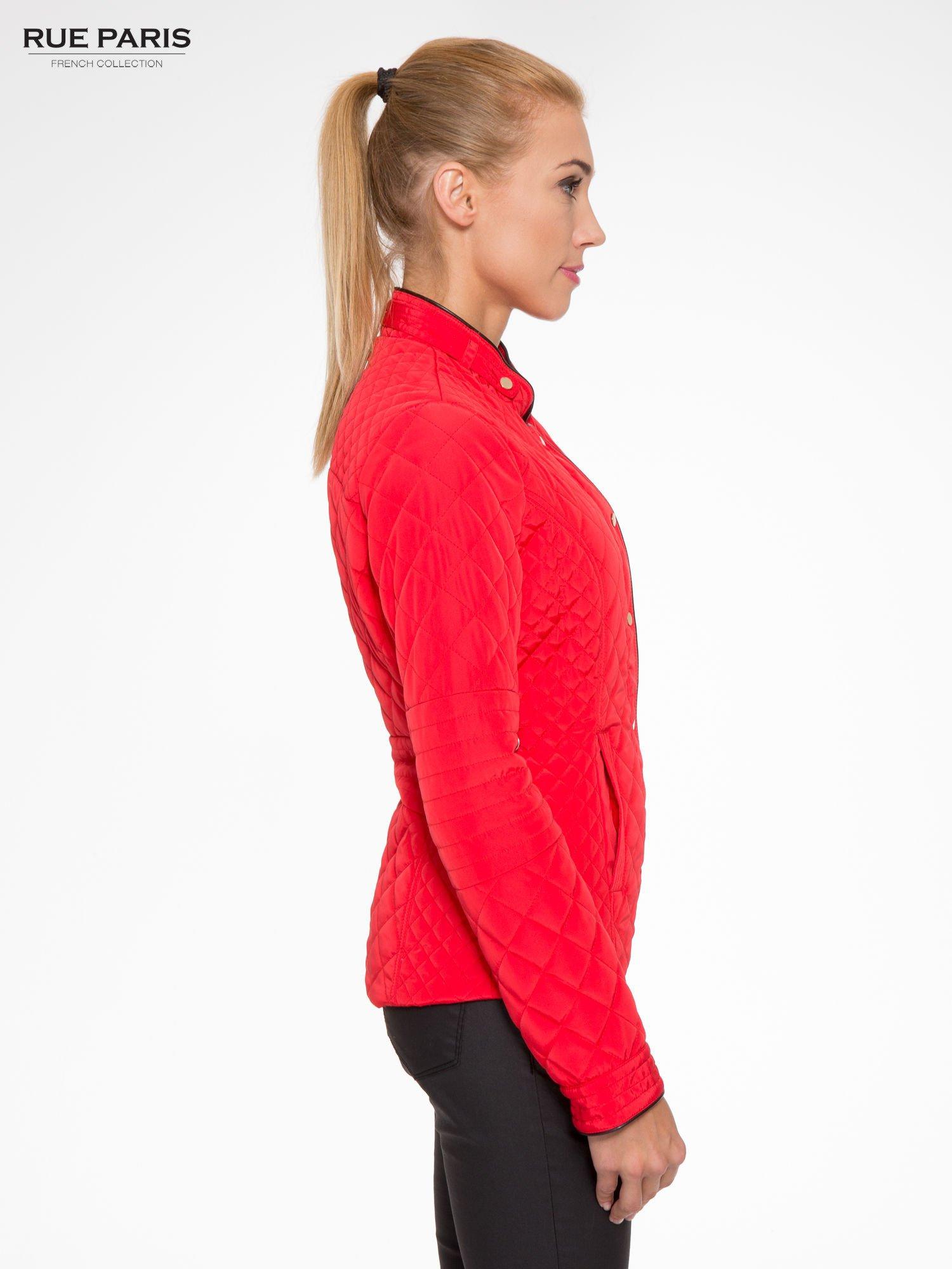 Czerwona pikowana kurtka ze skórzaną lamówką                                  zdj.                                  3