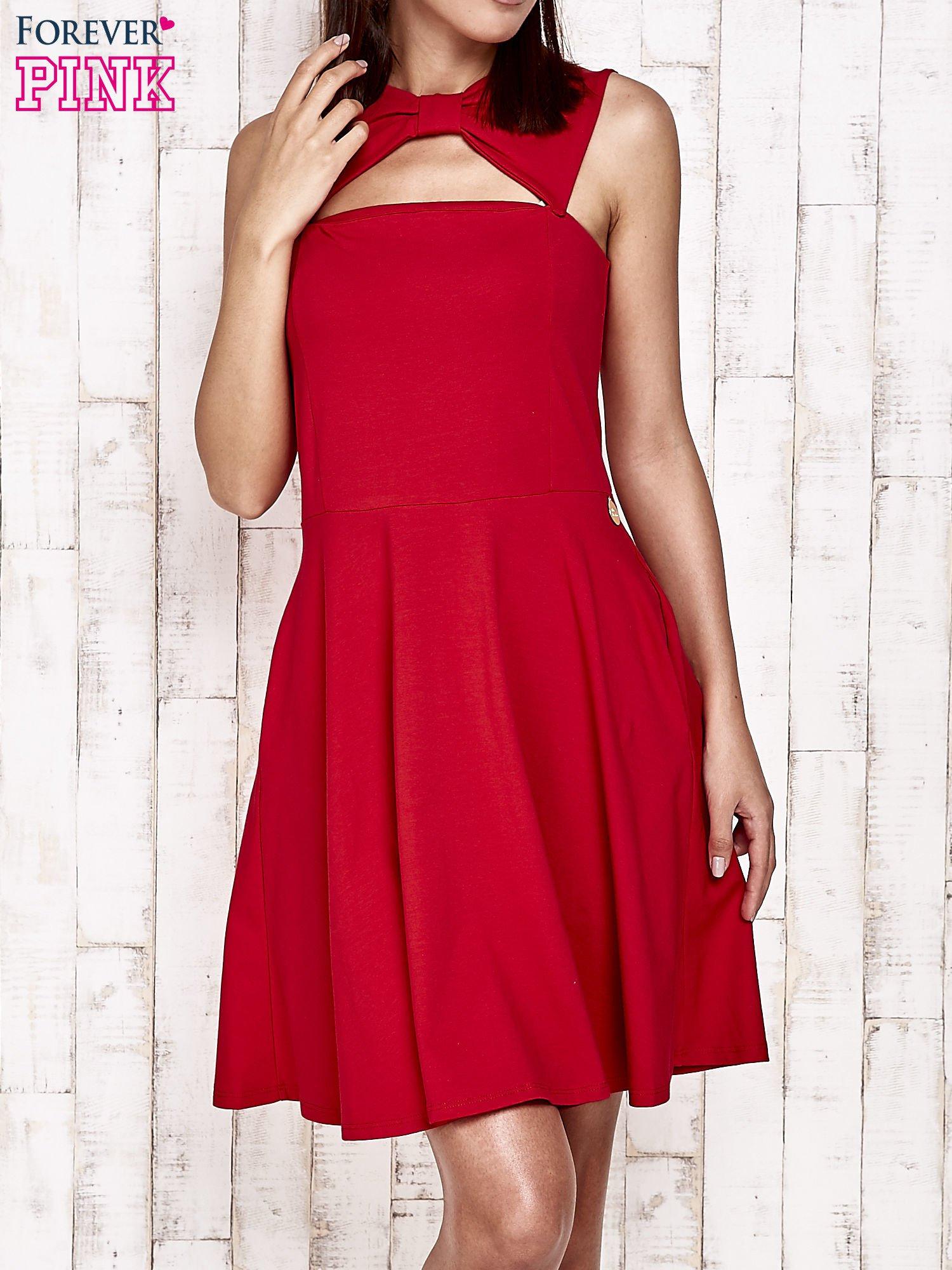 Czerwona sukienka dresowa z dekoltem cut out z kokardą                                  zdj.                                  1