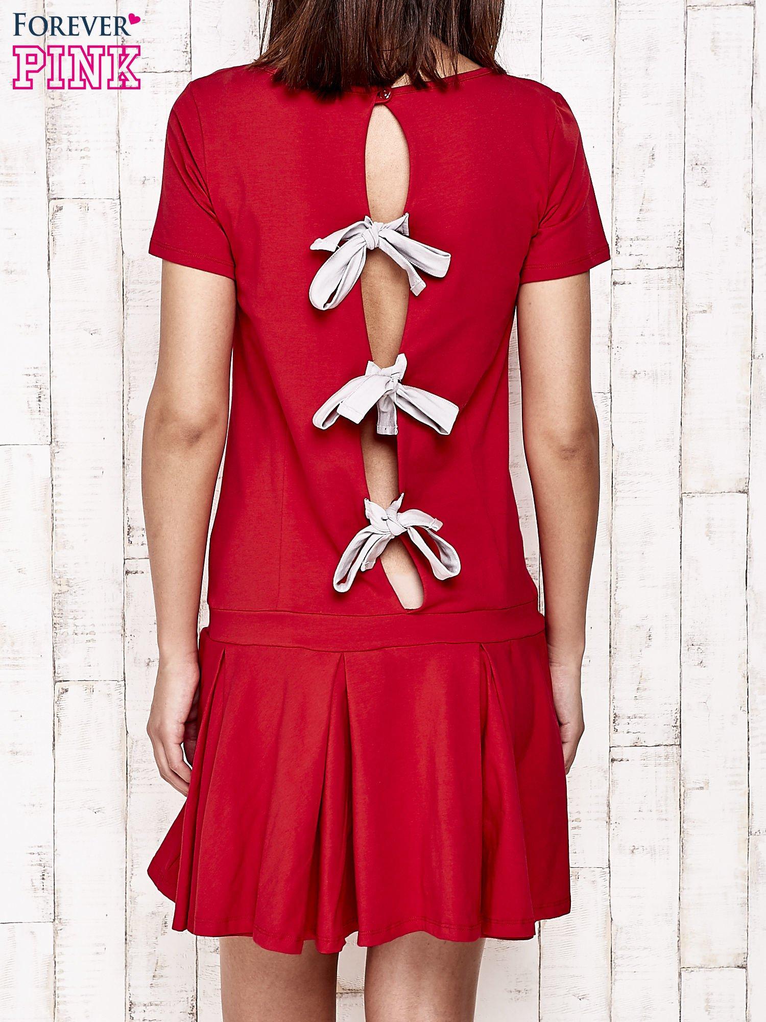 Czerwona sukienka dresowa z kokardami z tyłu                                  zdj.                                  2
