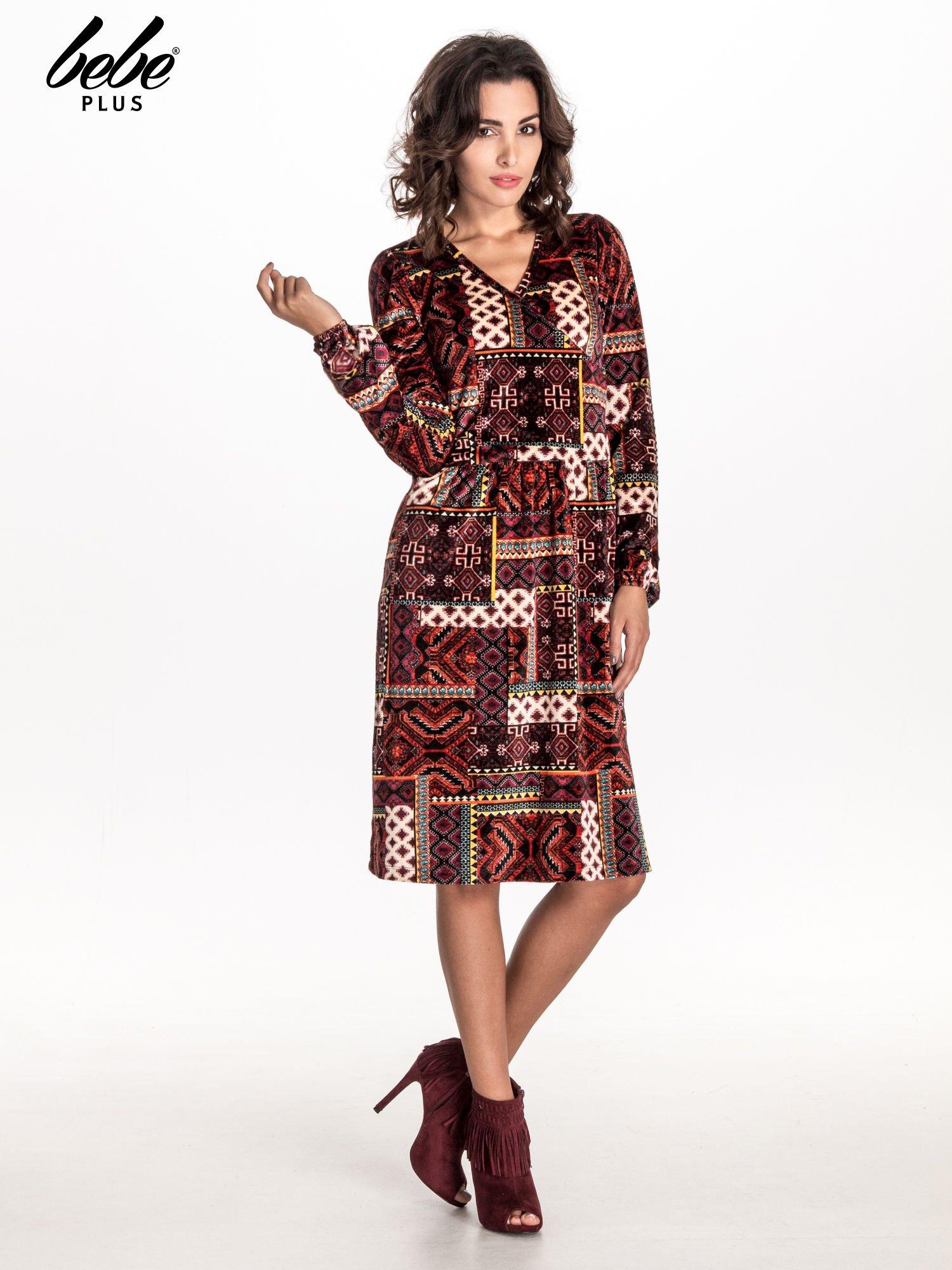 Czerwona sukienka midi w patchworkowy wzór                                  zdj.                                  3