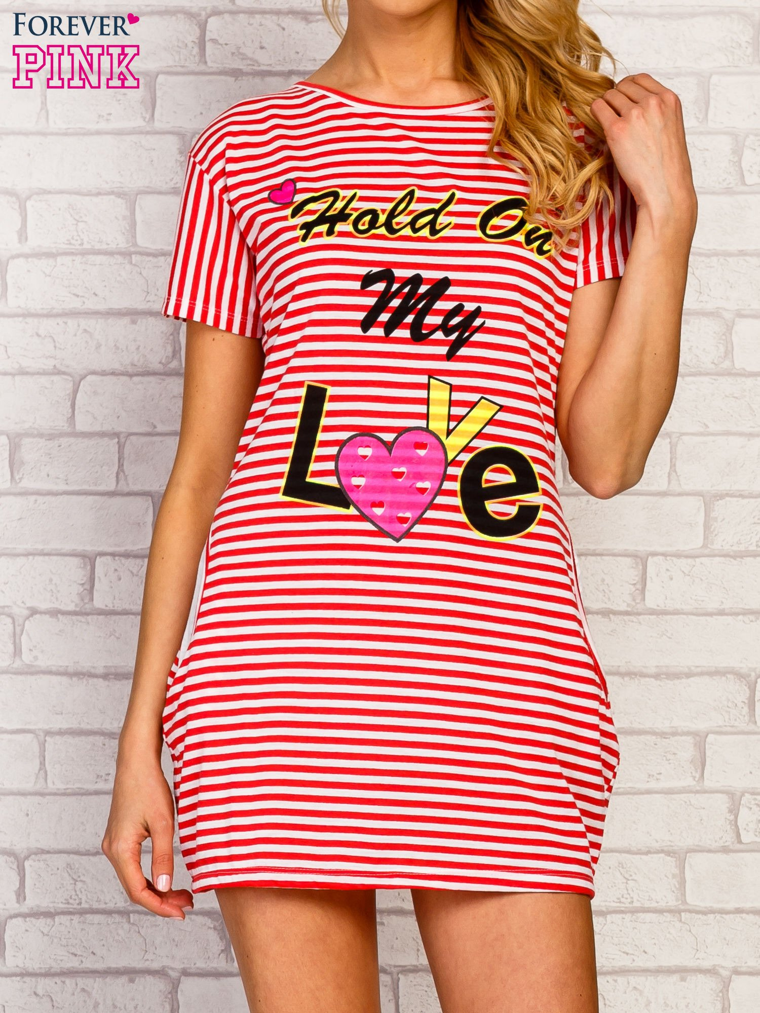 Czerwona sukienka paski z napisem HOLD ON MY LOVE                                   zdj.                                  1