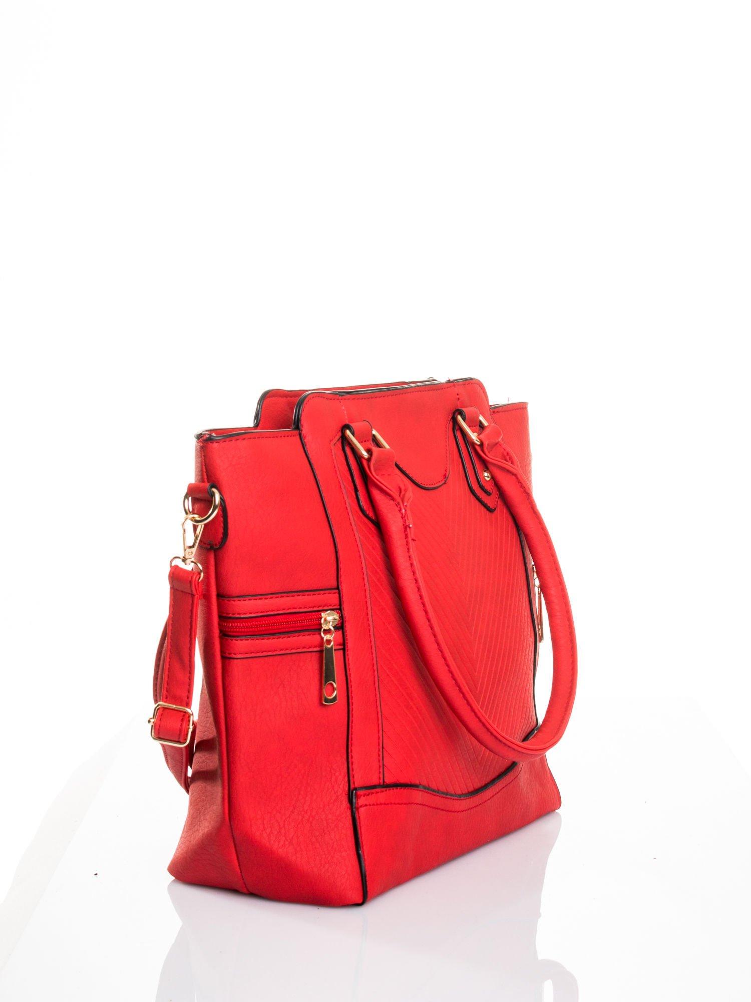 Czerwona torba ze złotymi wykończeniami                                  zdj.                                  3