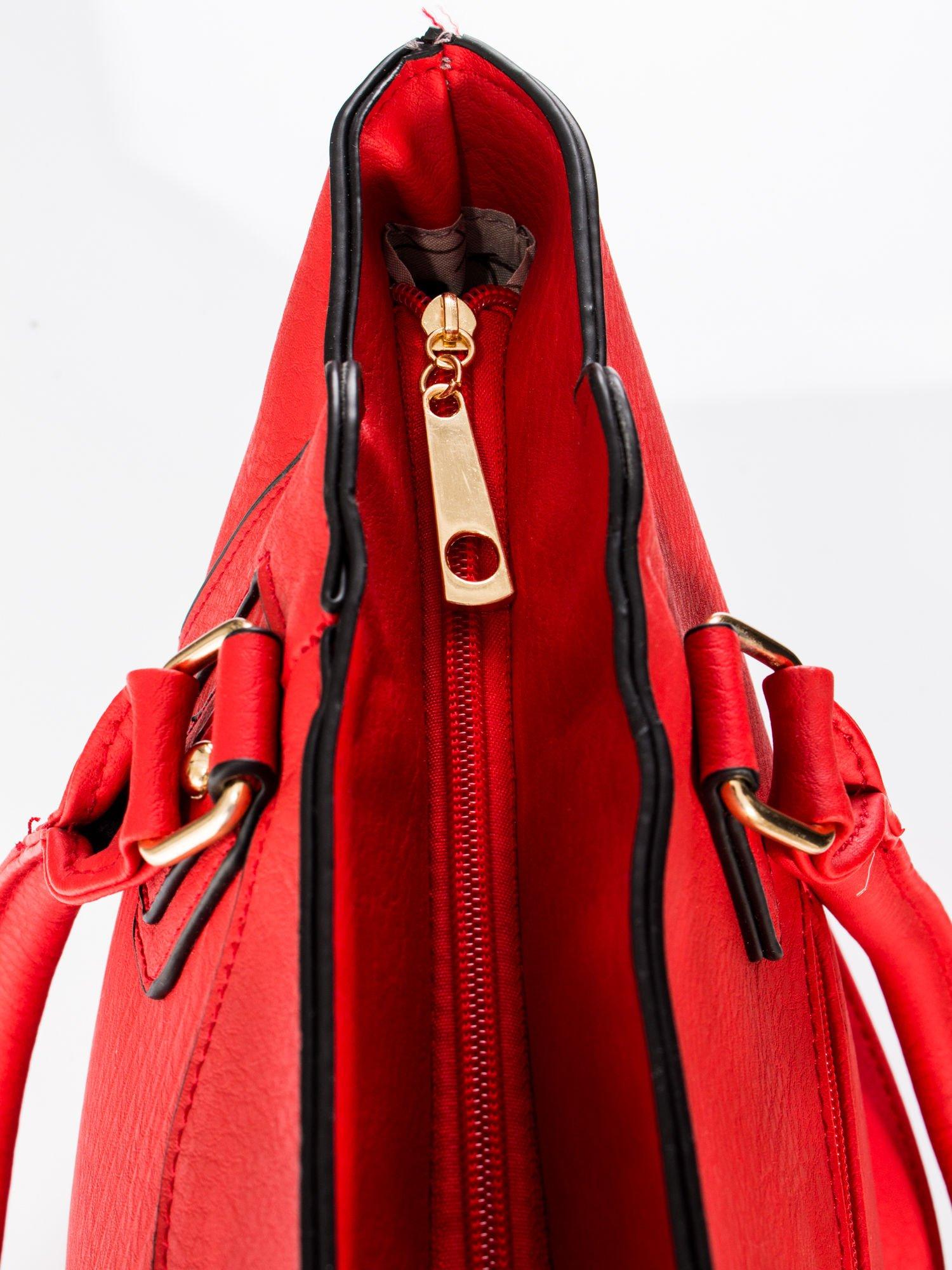Czerwona torba ze złotymi wykończeniami                                  zdj.                                  9