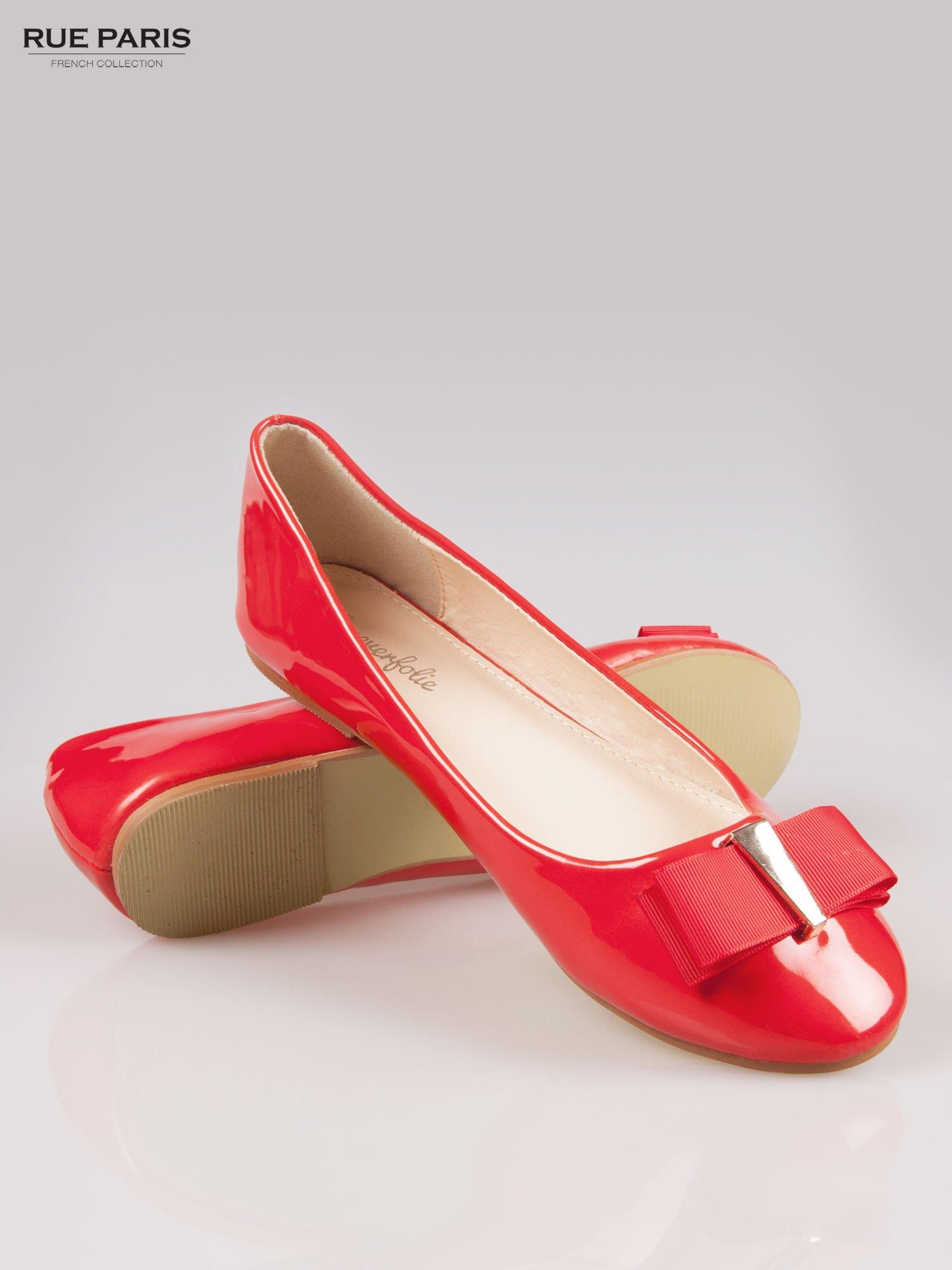 Czerwone błyszczące balerinki faux leather Melanie z kokardką                                  zdj.                                  4