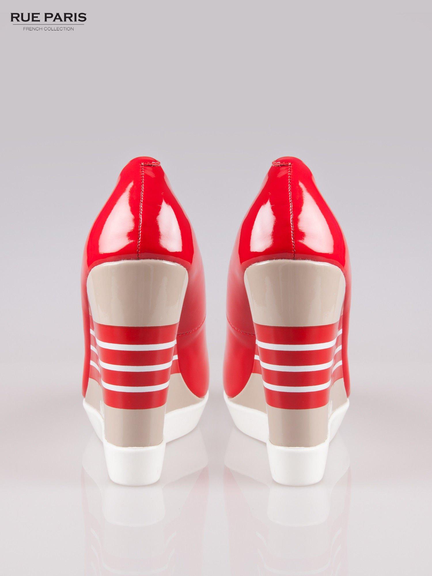 Czerwone lakierowane buty peep toe na wzorzystym koturnie                                  zdj.                                  3