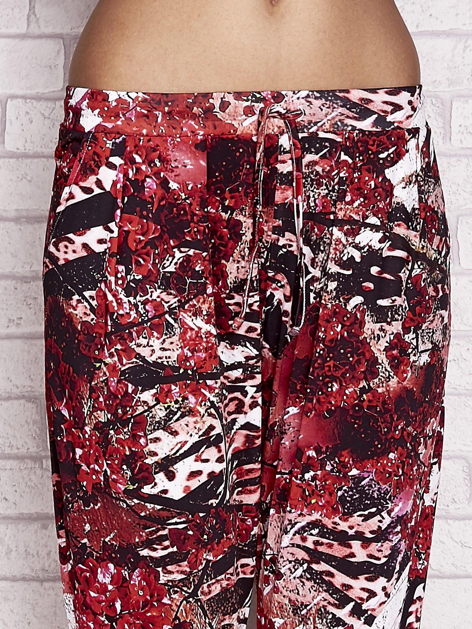 Czerwone spodnie capri z motywem floral print                                  zdj.                                  4