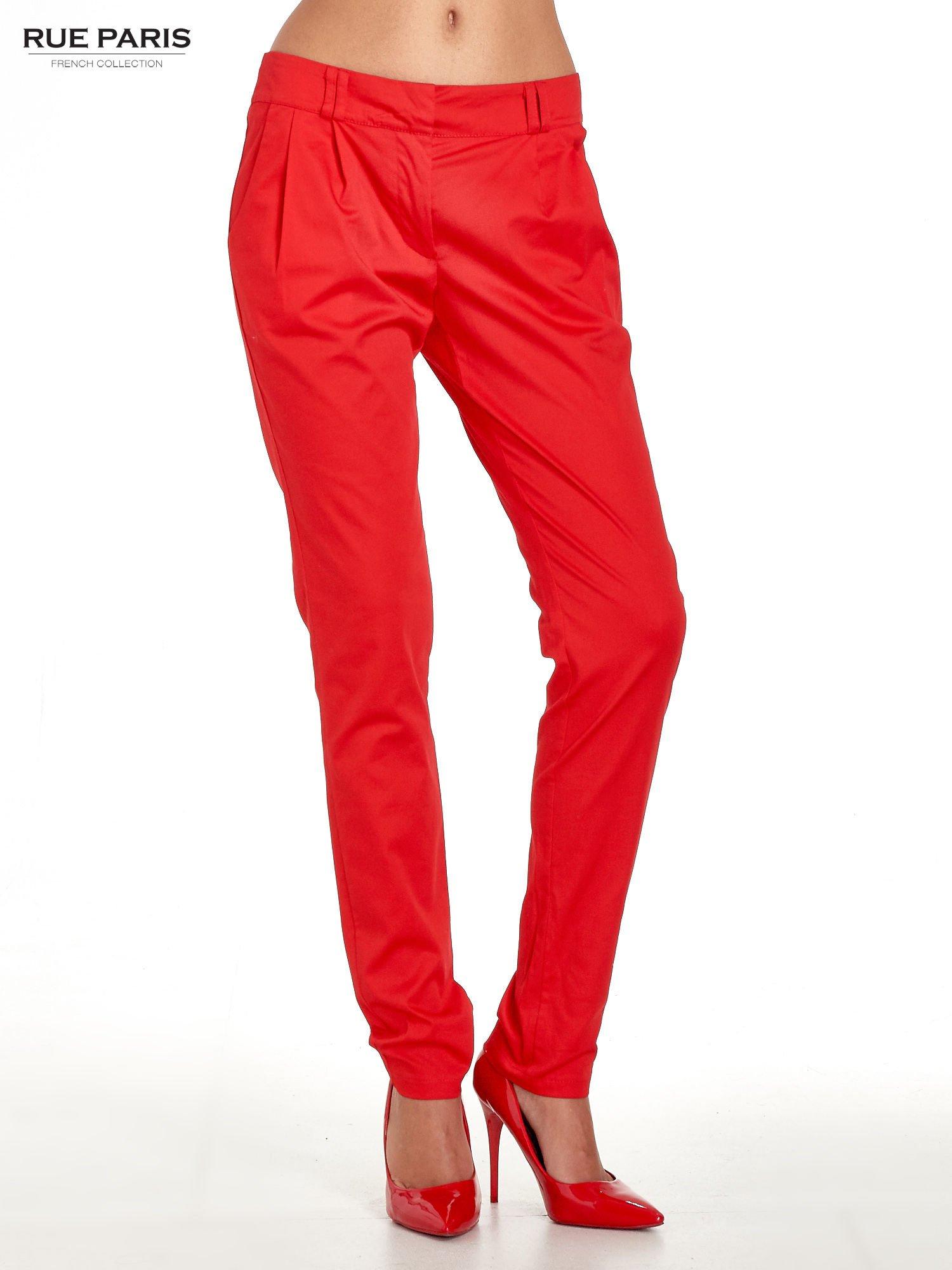 Czerwone spodnie cygaretki z zakładkami                                  zdj.                                  1