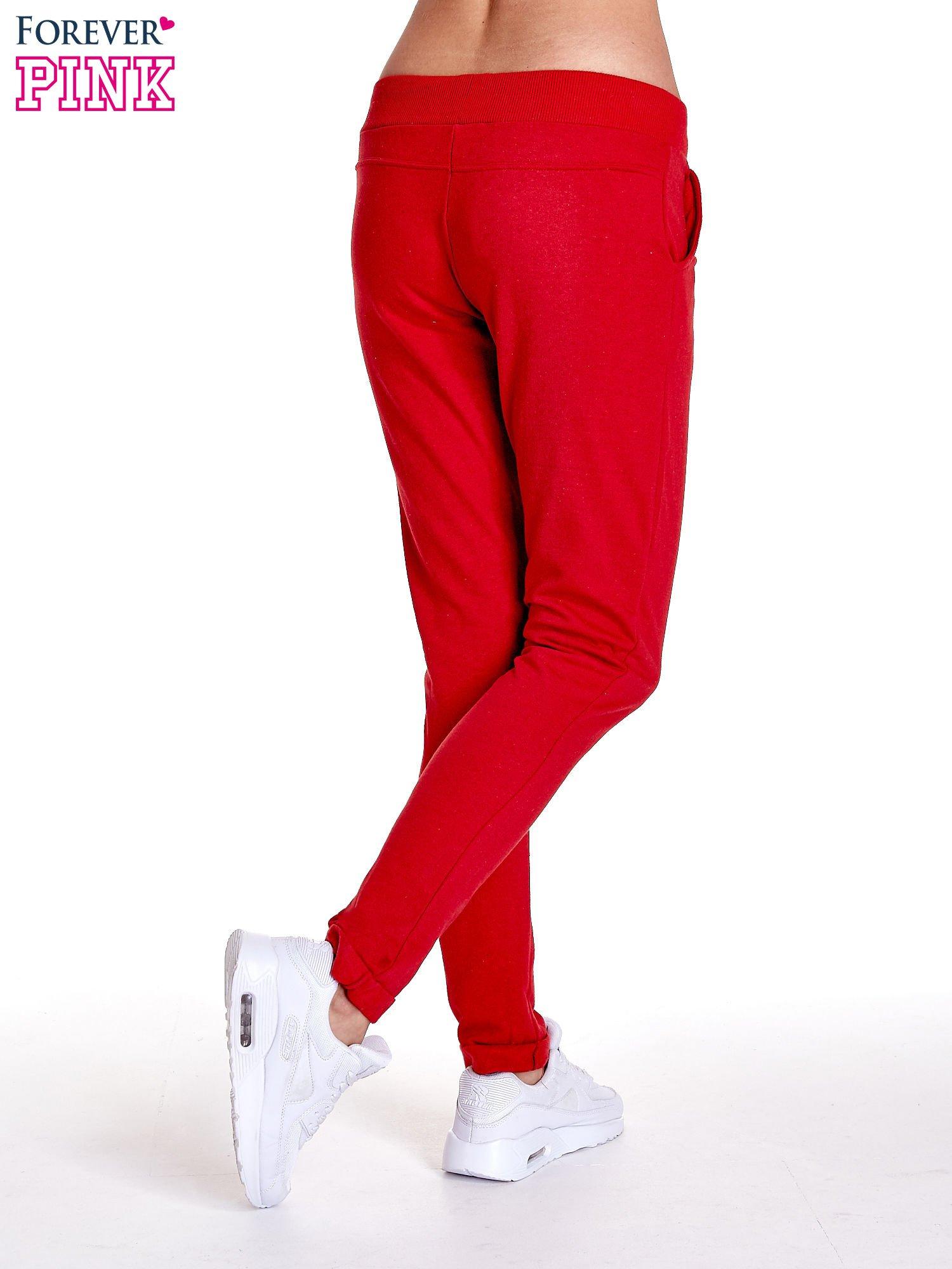 Czerwone spodnie dresowe z prostą nogawką                                  zdj.                                  4
