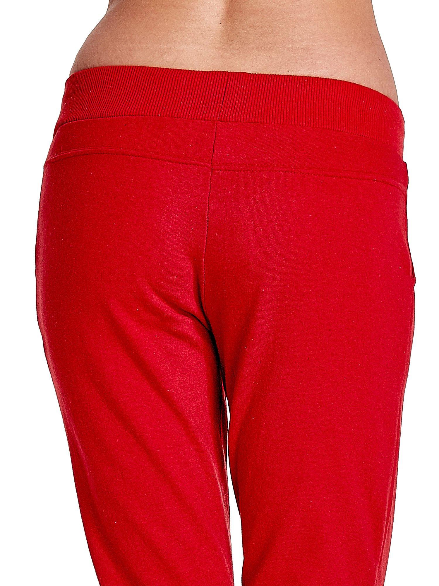 Czerwone spodnie dresowe z prostą nogawką                                  zdj.                                  6