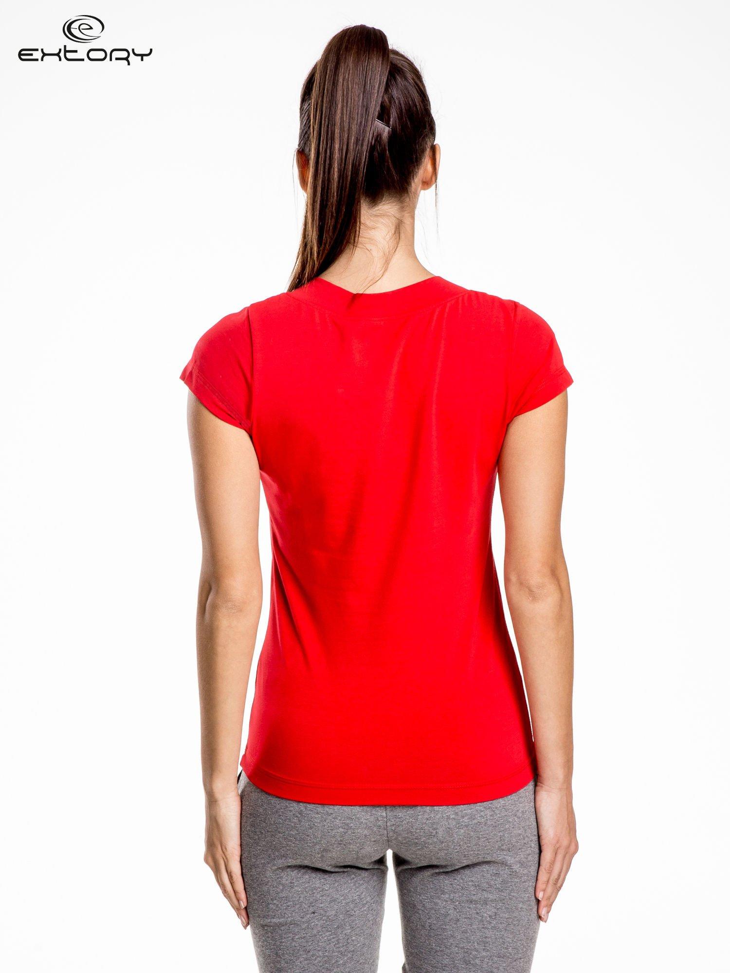 Czerwont damski t-shirt sportowy z marszczonym dekoltem                                  zdj.                                  4