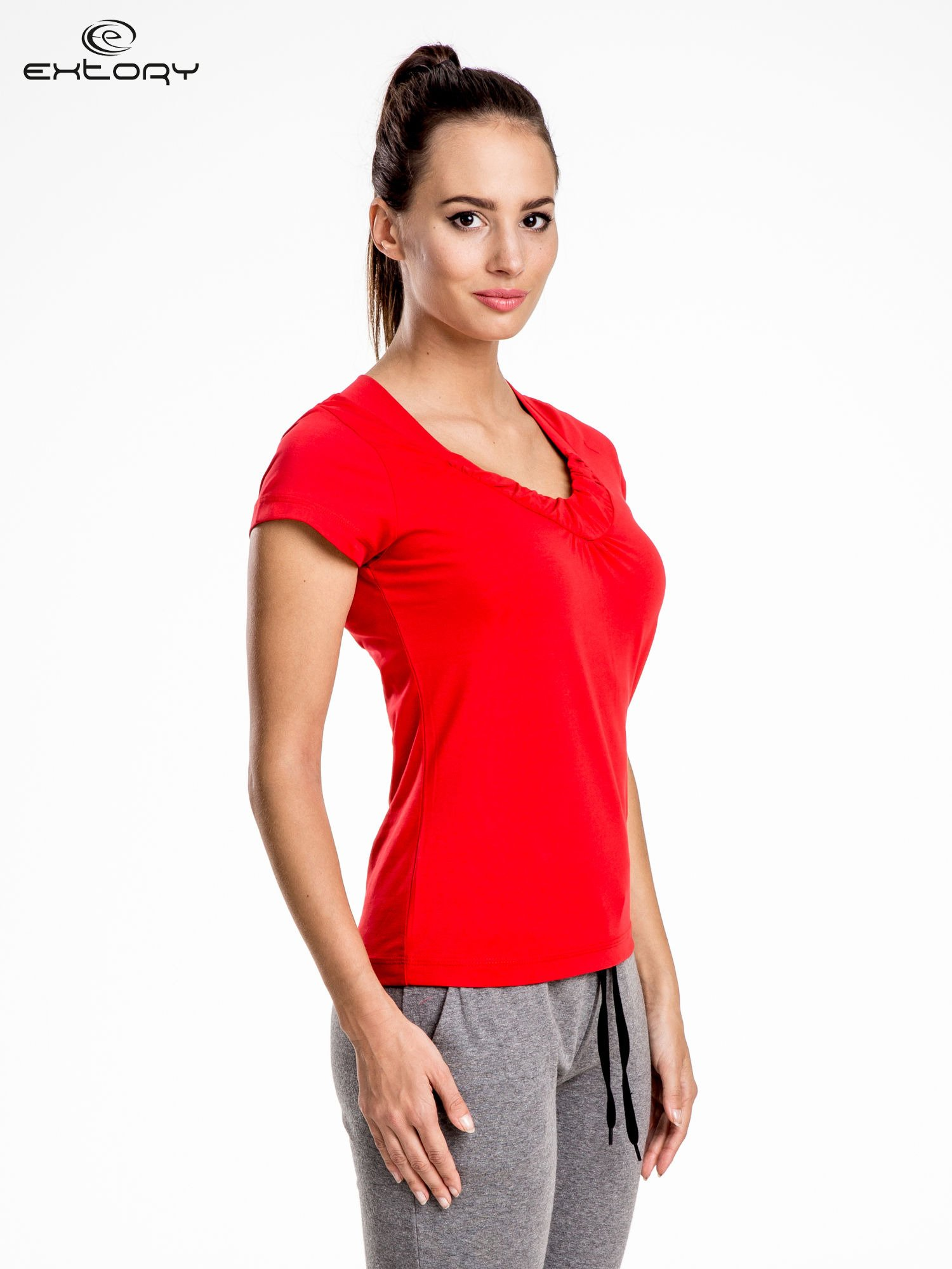 Czerwont damski t-shirt sportowy z marszczonym dekoltem                                  zdj.                                  3