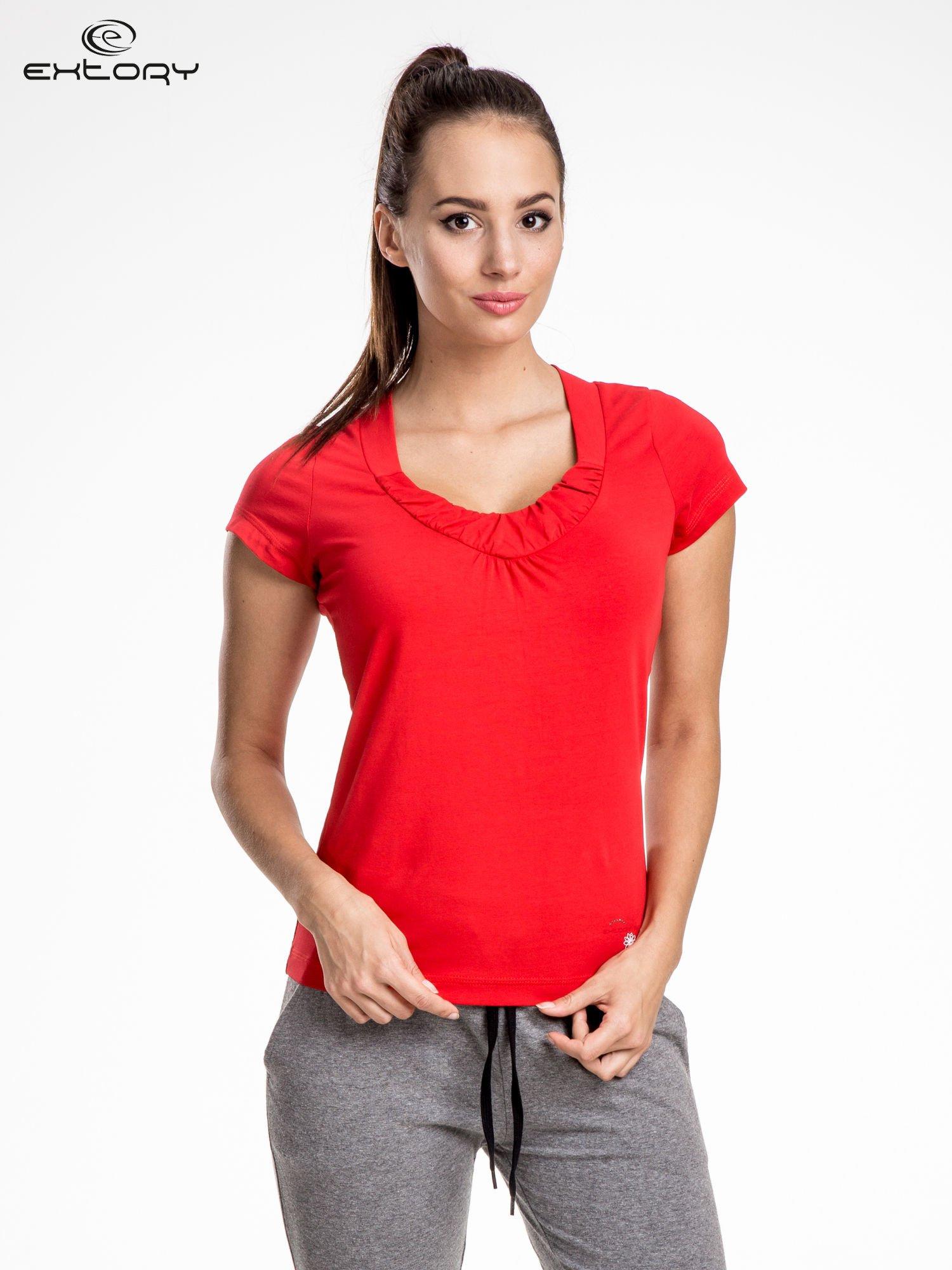 Czerwont damski t-shirt sportowy z marszczonym dekoltem                                  zdj.                                  1
