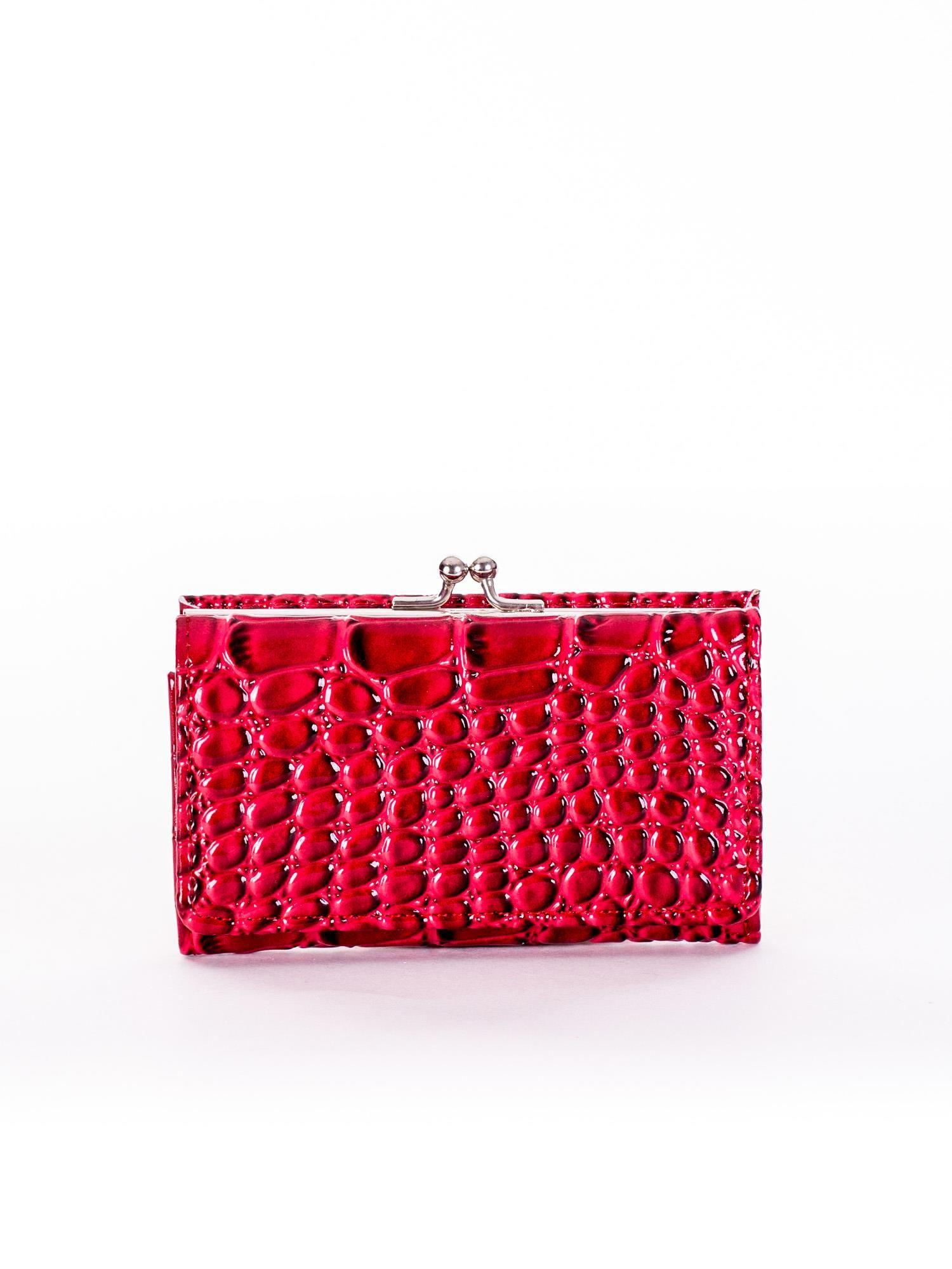 9e132f1f9aad2 Czerwony lakierowany portfel damski z tłoczeniem - Akcesoria ...
