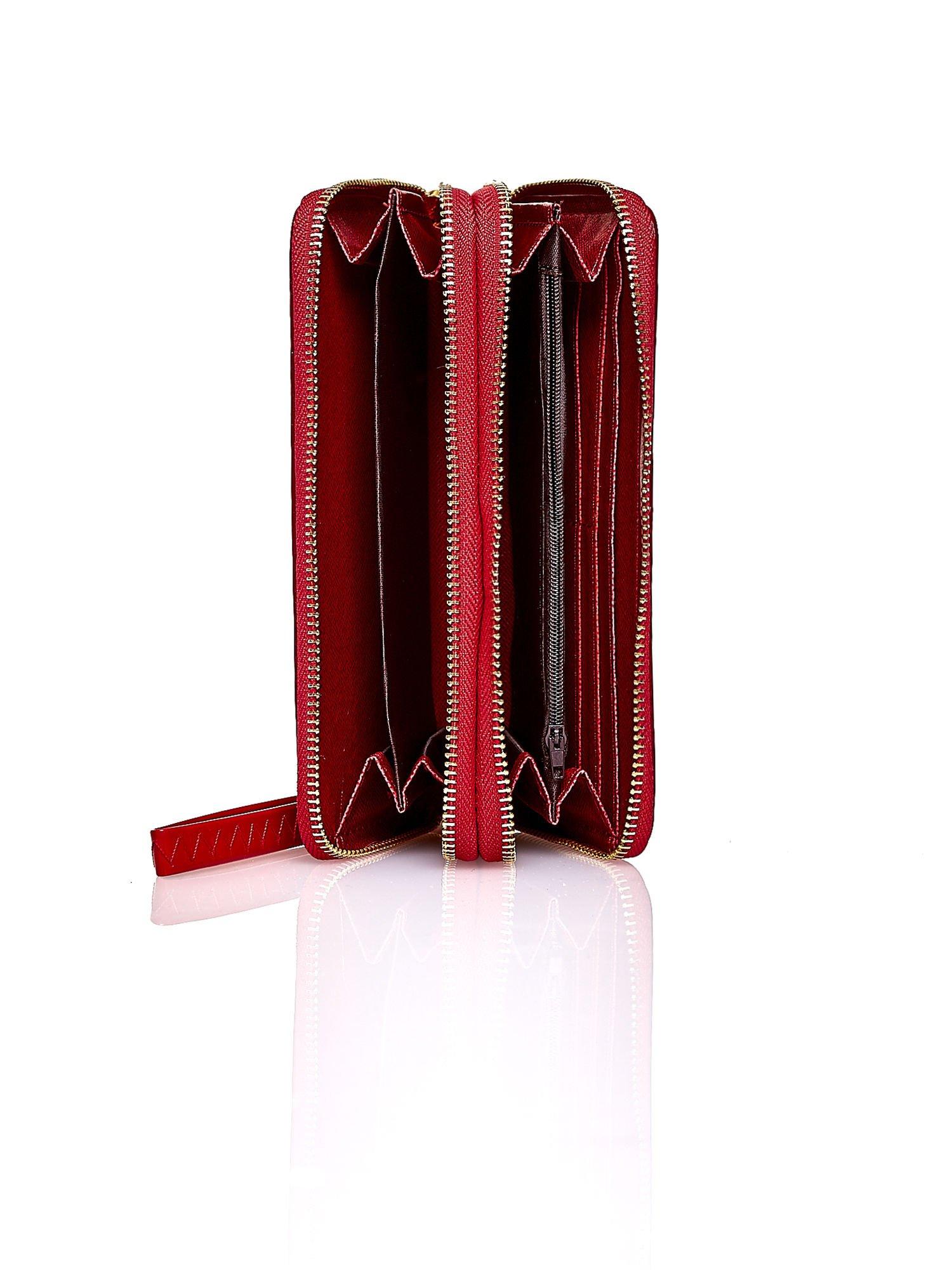 Czerwony lakierowany portfel z uchwytem na rękę                                  zdj.                                  3