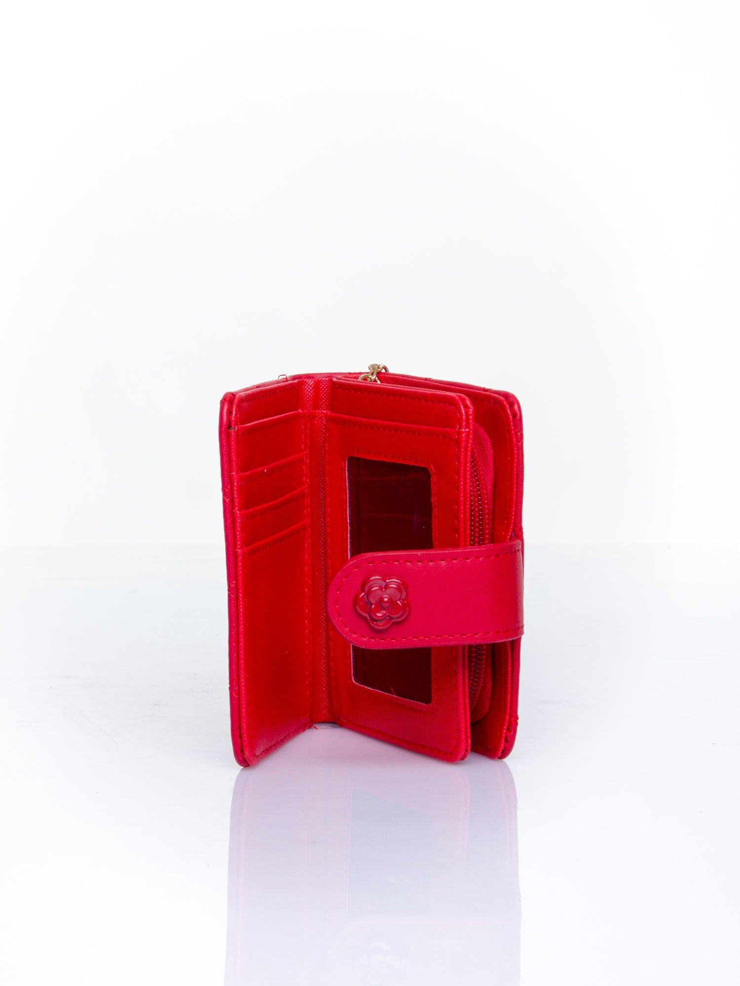 Czerwony pikowany portfel z ozdobnym zapięciem                                  zdj.                                  5