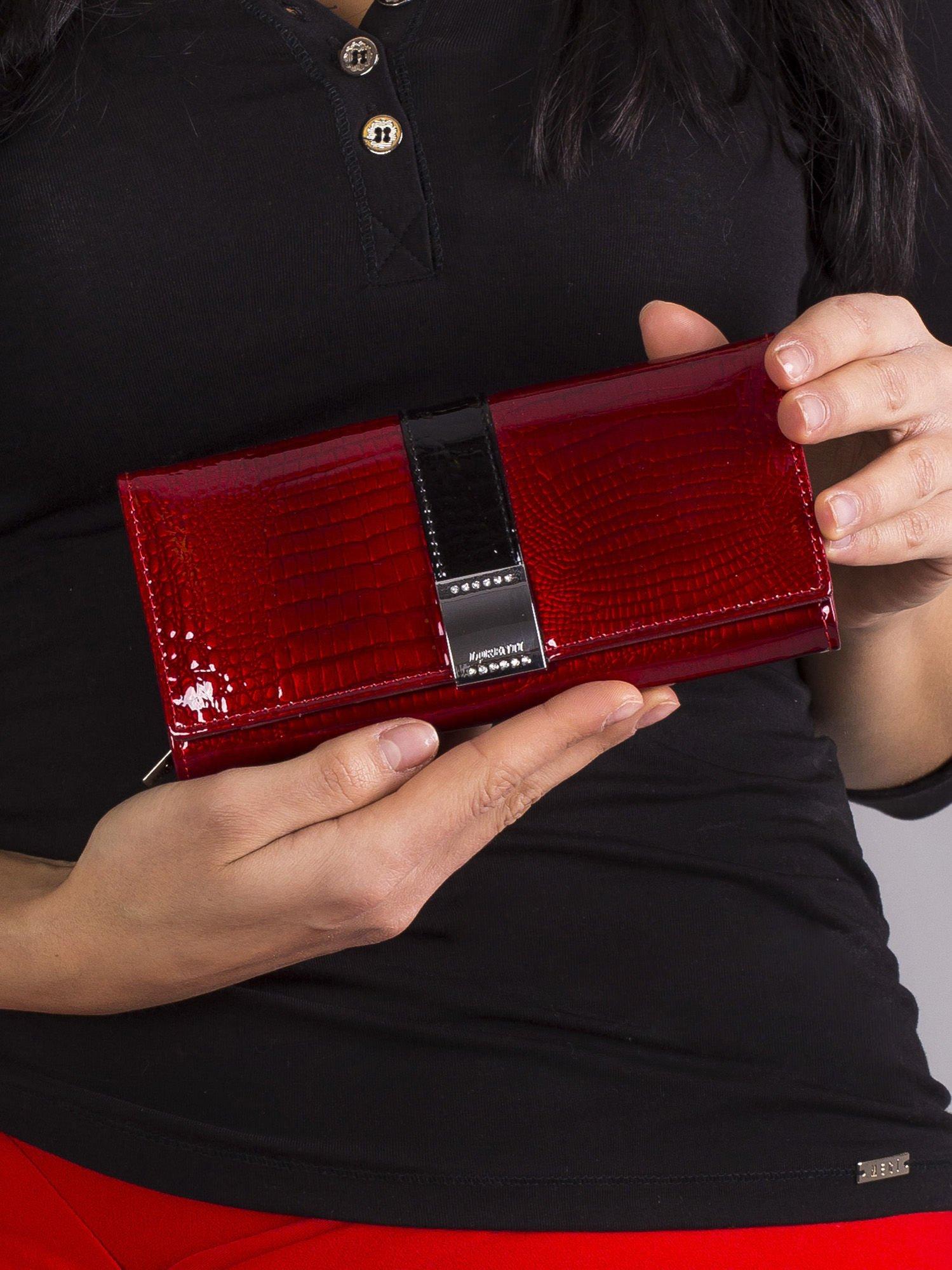 b68fc3388f885 Czerwony podłużny lakierowany damski portfel - Akcesoria portfele ...