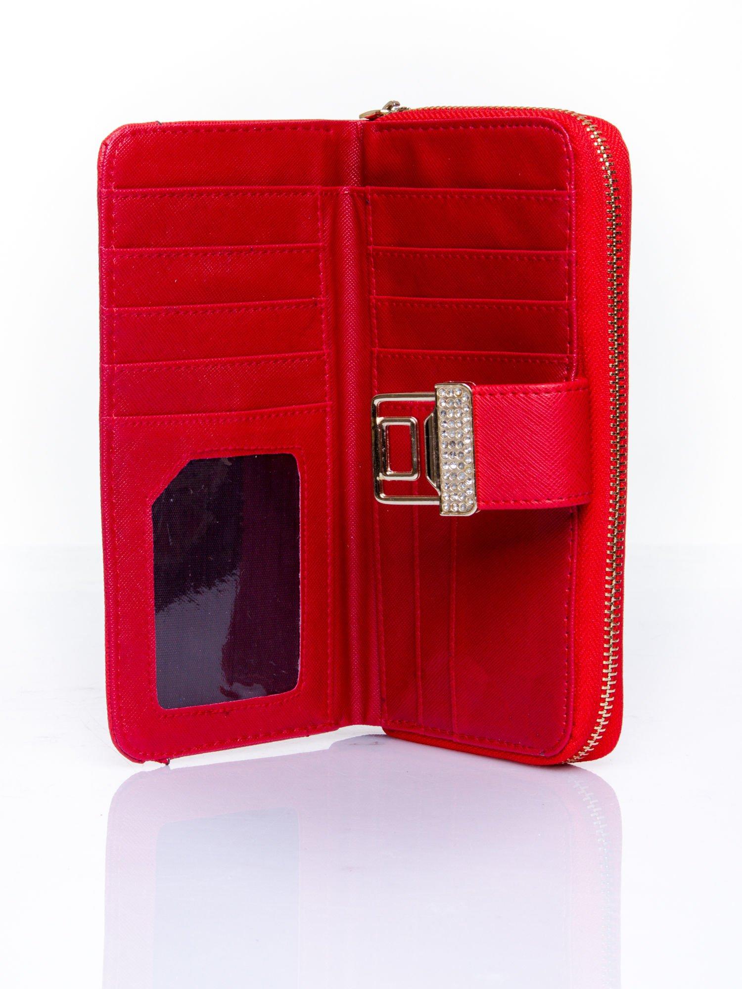 Czerwony portfel z ozdobnym zapięciem i złotym uchwytem                                  zdj.                                  4