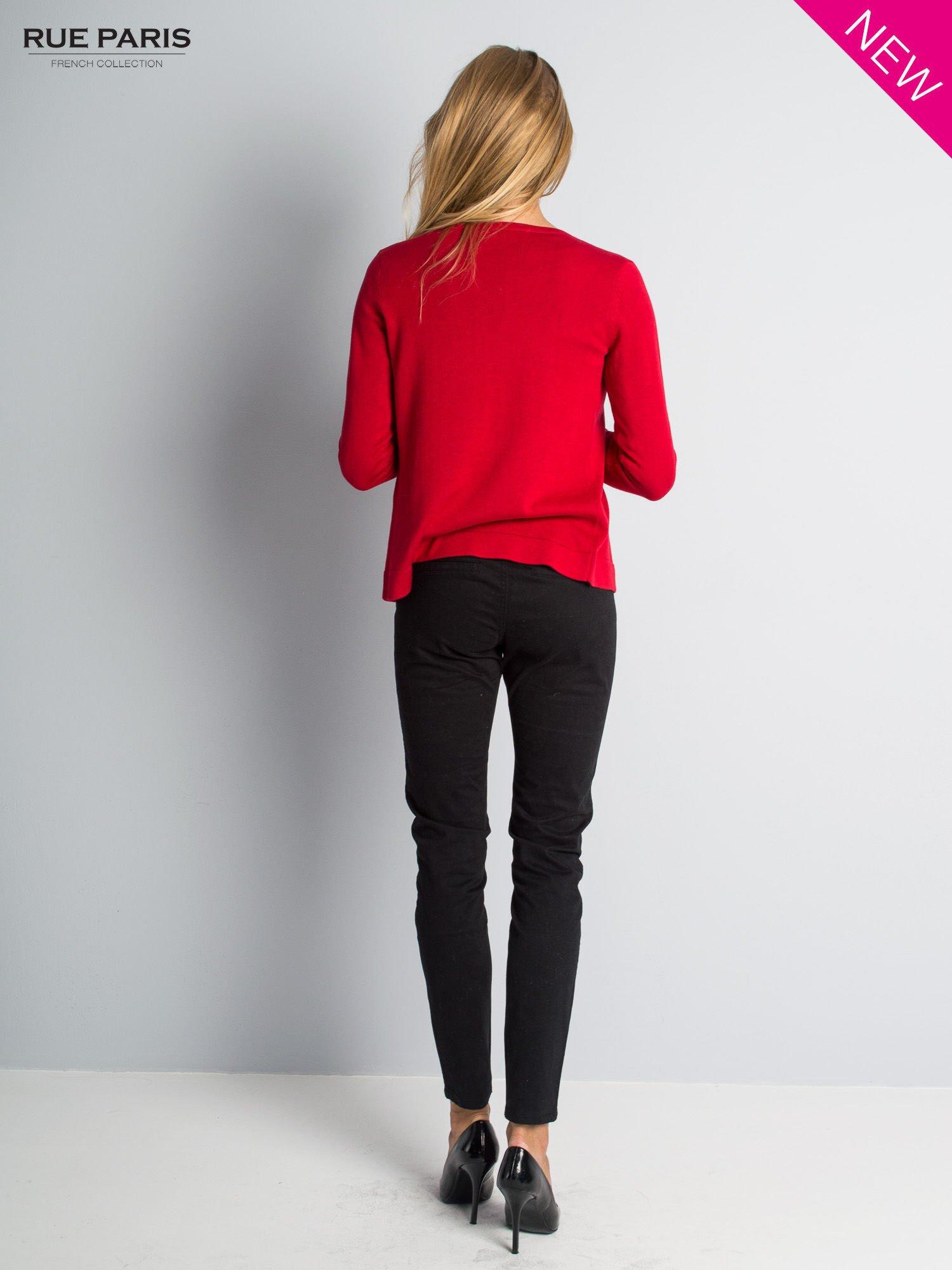 Czerwony sweter narzutka z kaskadowymi bokami                                  zdj.                                  5