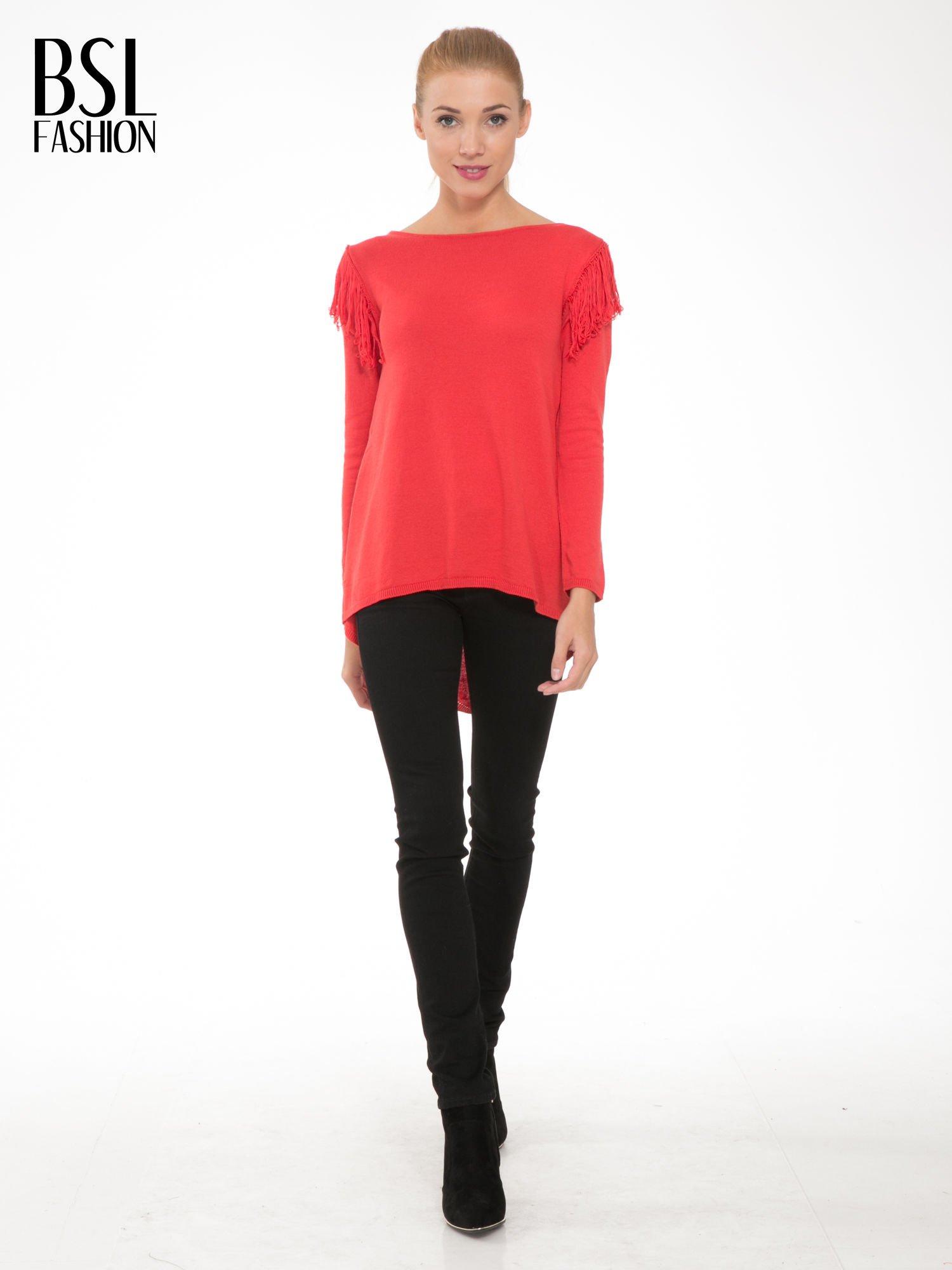 Czerwony sweter z frędzlami przy ramionach i dekoltem na plecach                                  zdj.                                  2