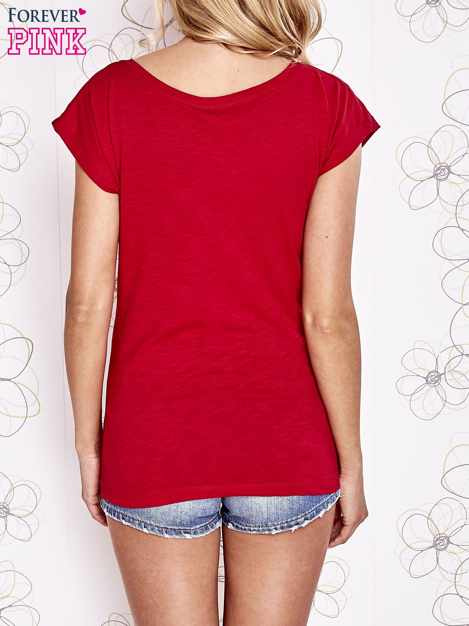Czerwony t-shirt z motywem gwiazdy i dżetami                                  zdj.                                  2