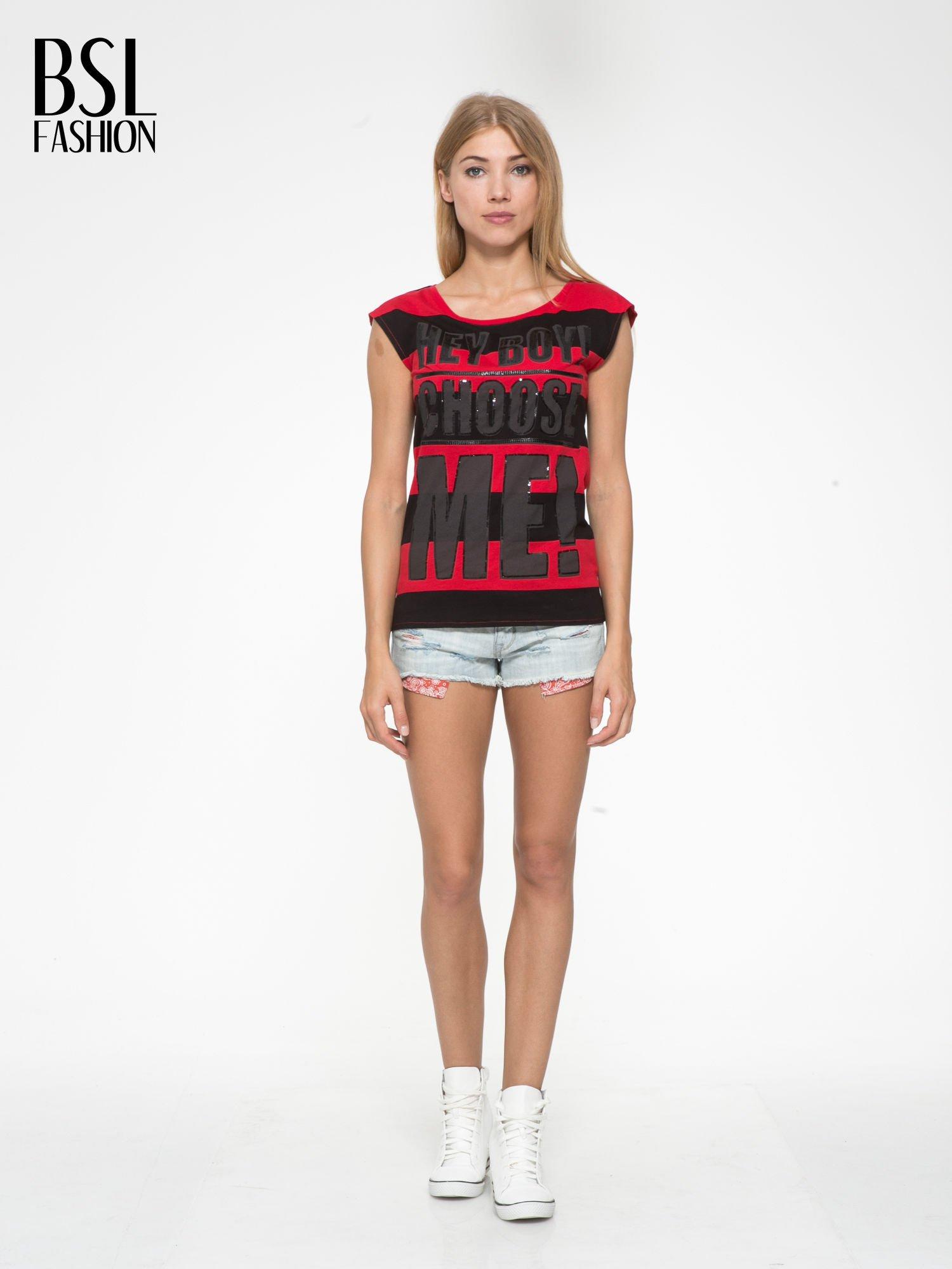 Czerwony t-shirt z napisem HEY BOY CHOOSE ME zdobiony cekinami                                  zdj.                                  5
