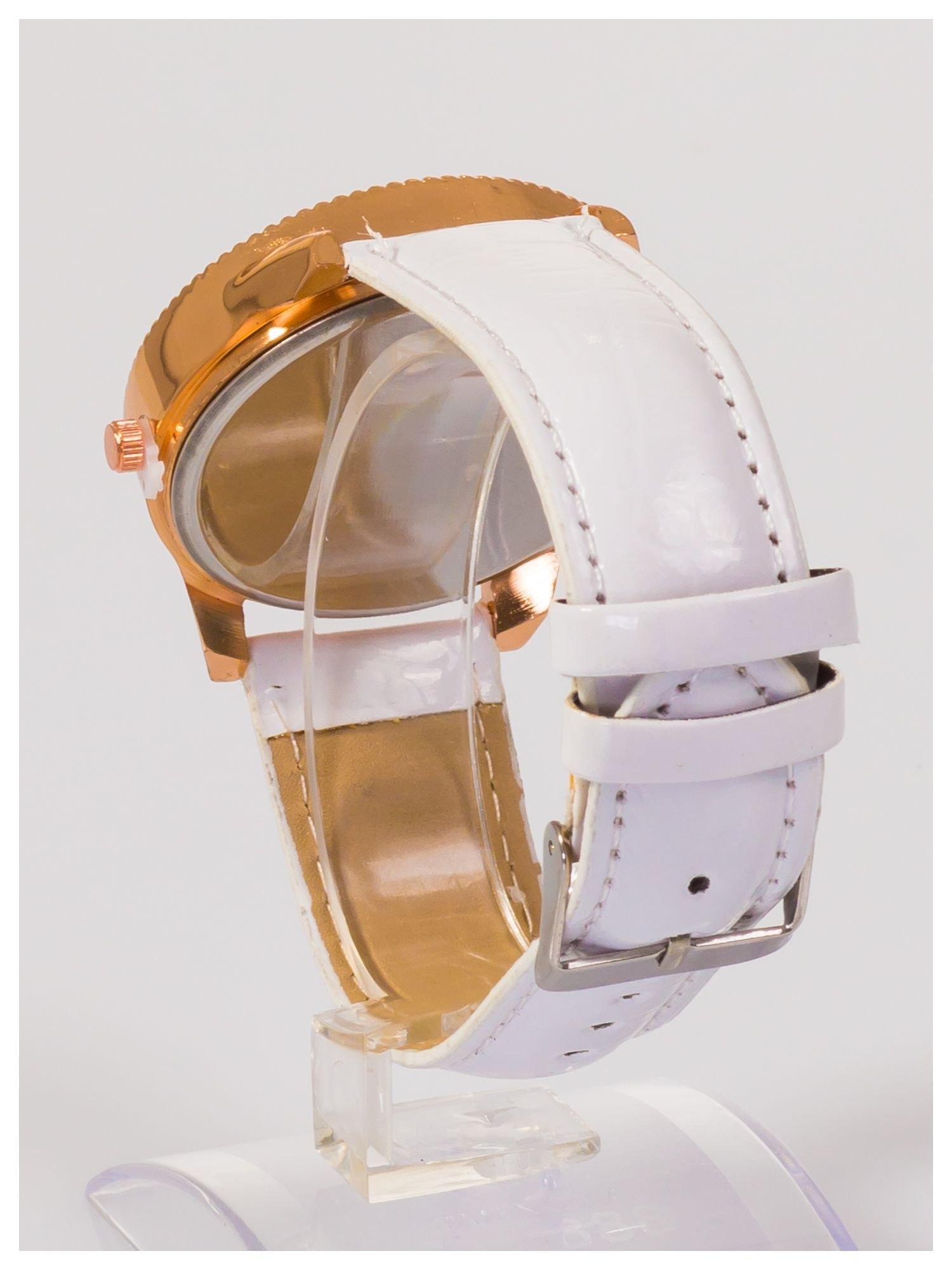 Damski zegarek z cyrkoniami z motywem kotka na tarczy, na lakierowanym białym pasku                                  zdj.                                  4