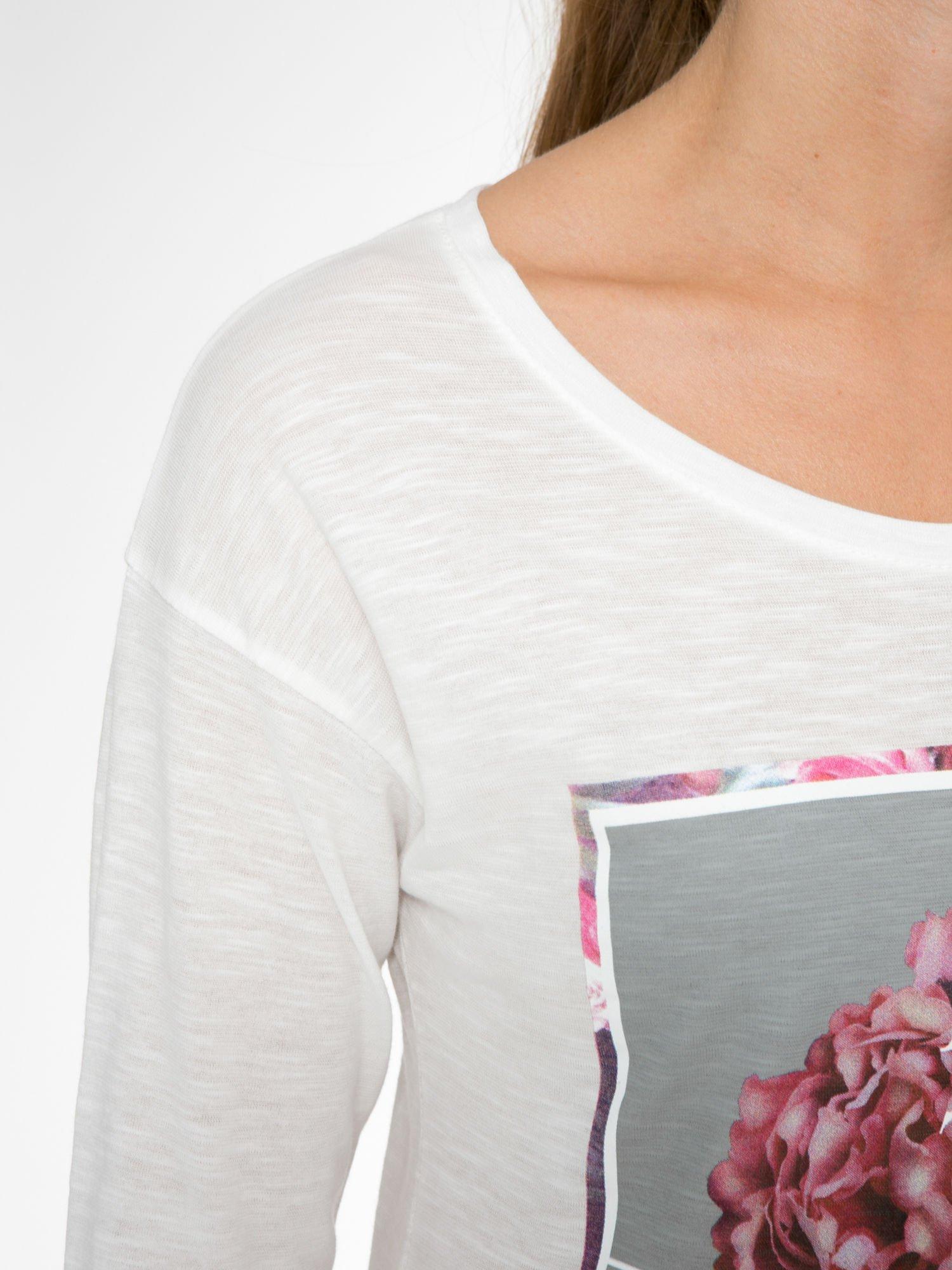 Ecru bluzka z nadrukiem kwiatów i napisem BEAUTY OF THE WORLD                                  zdj.                                  6
