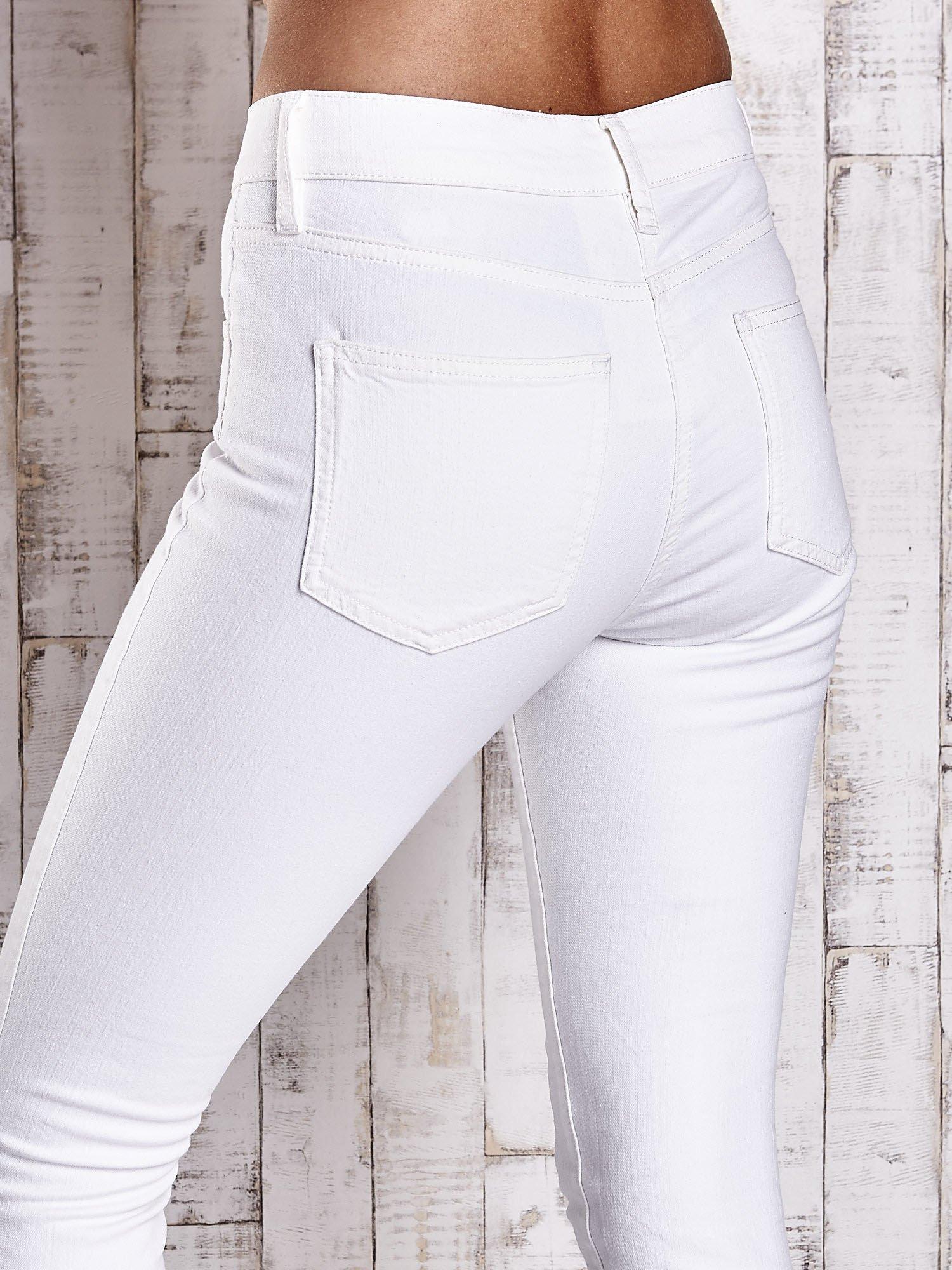 Ecru dopasowane spodnie skinny jeans                                  zdj.                                  5