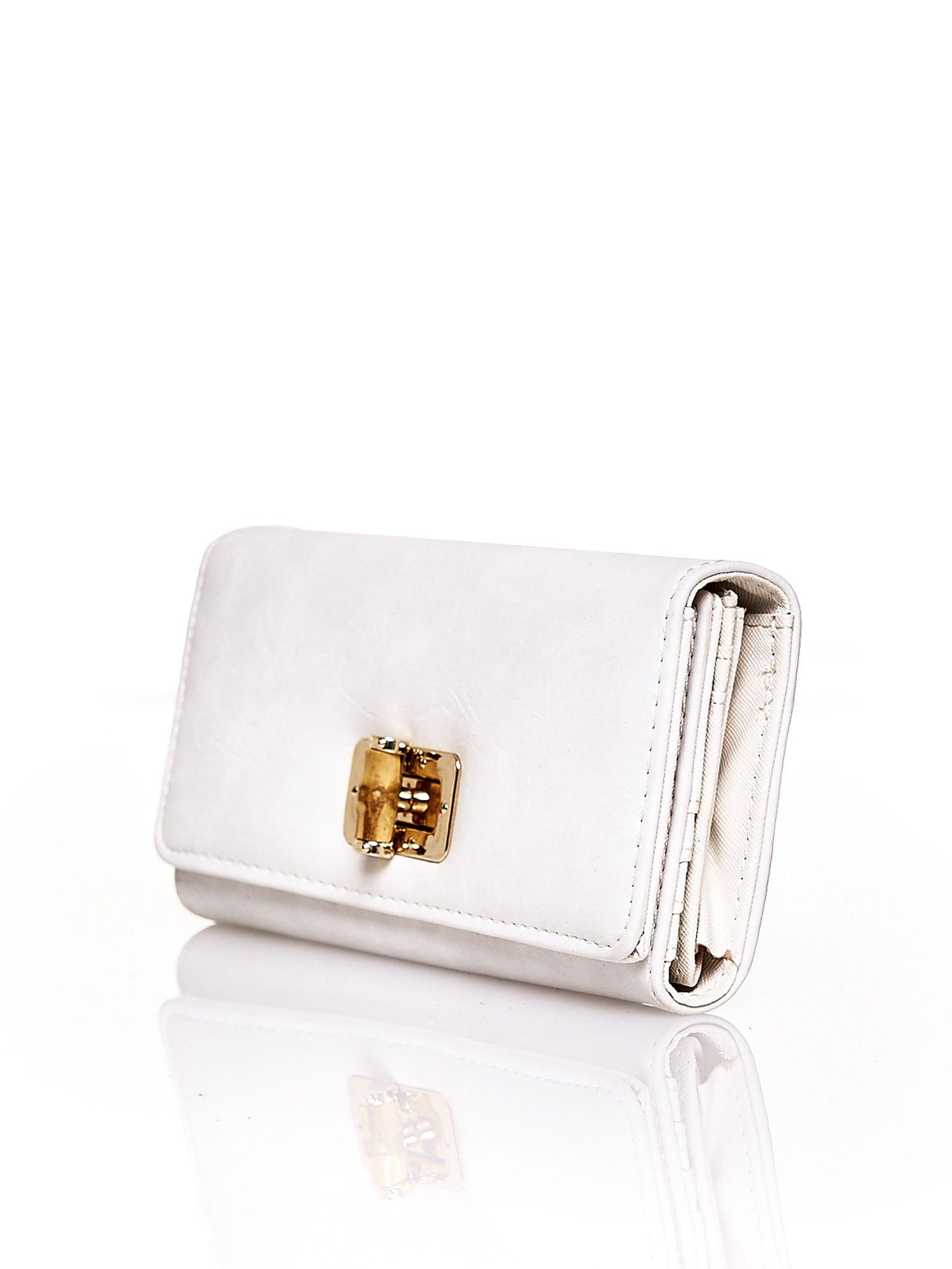 Ecru fakturowany portfel ze stylizowanym zapięciem                                   zdj.                                  3