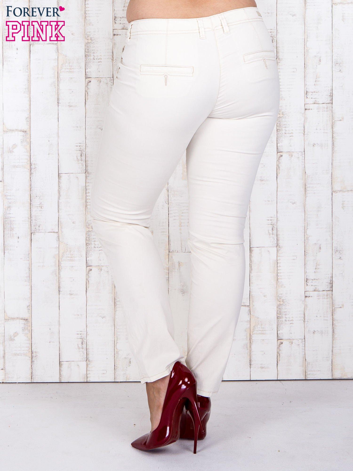Ecru materiałowe spodnie z przednimi kieszeniami PLUS SIZE                                  zdj.                                  2