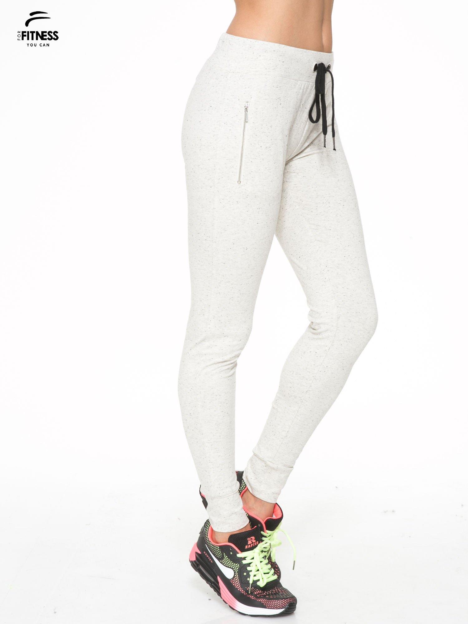 Ecru melanżowe spodnie dresowe z kieszeniami na zamek                                  zdj.                                  3