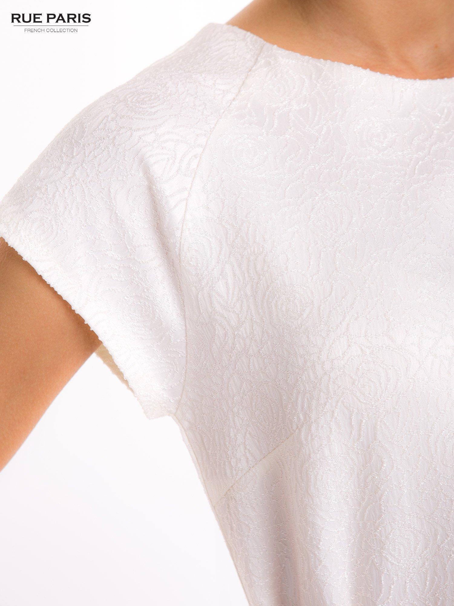 Ecru prosta sukienka tłoczona w róże z suwakiem z tyłu                                  zdj.                                  6