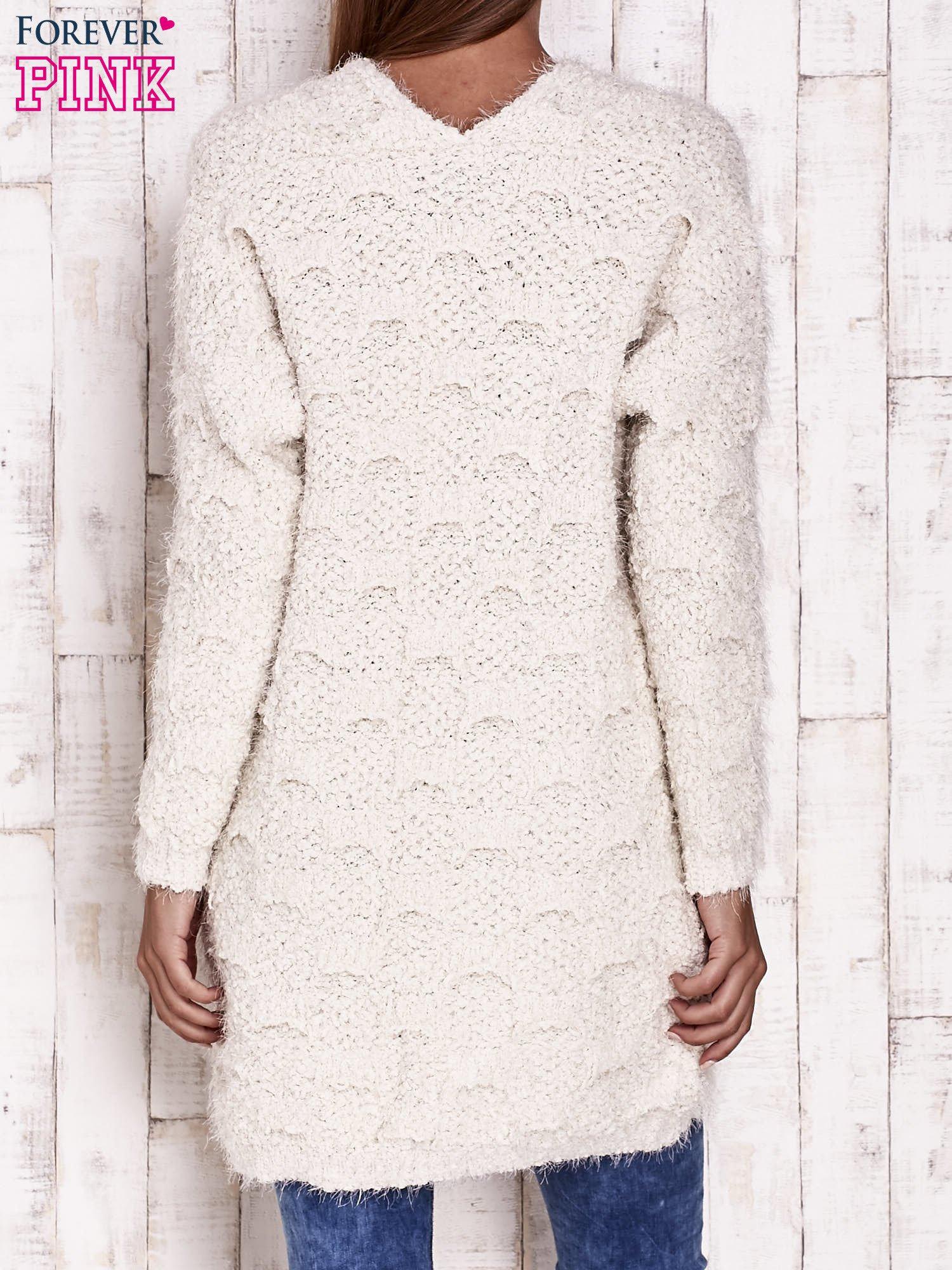 Ecru puchaty sweter z otwartym dekoltem                                  zdj.                                  4