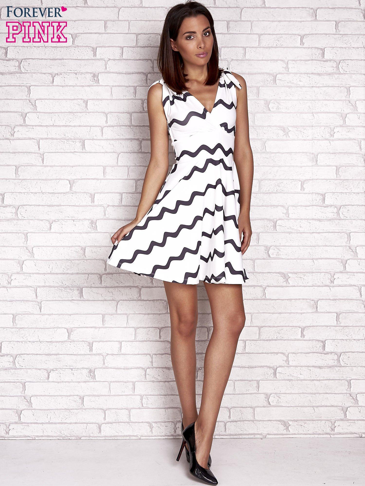 7cb89a5b7c Ecru rozkloszowana sukienka w graficzne wzory - Sukienka na co dzień ...